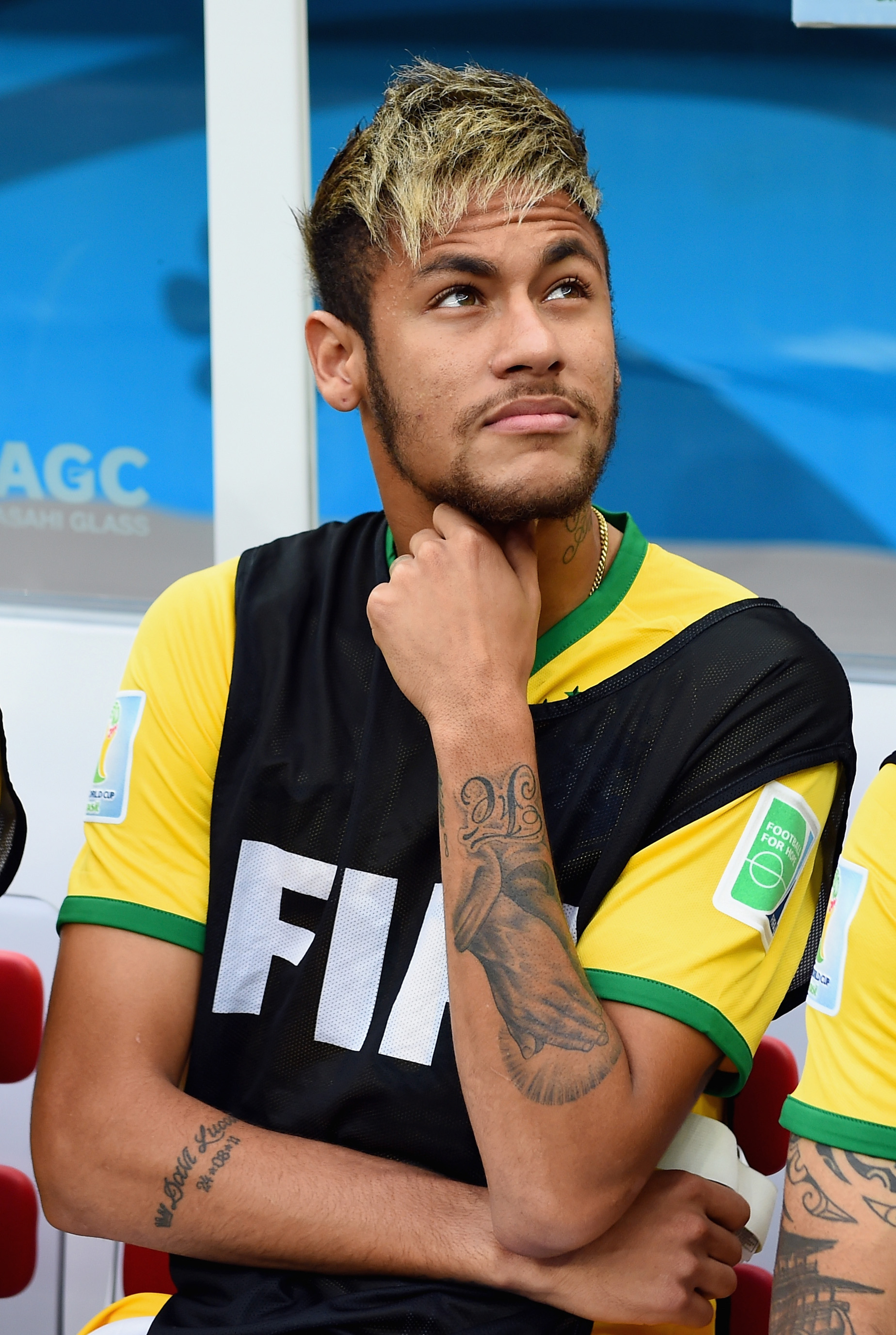 New Brazil coach criticizes Neymar over choice of hats, hair dye