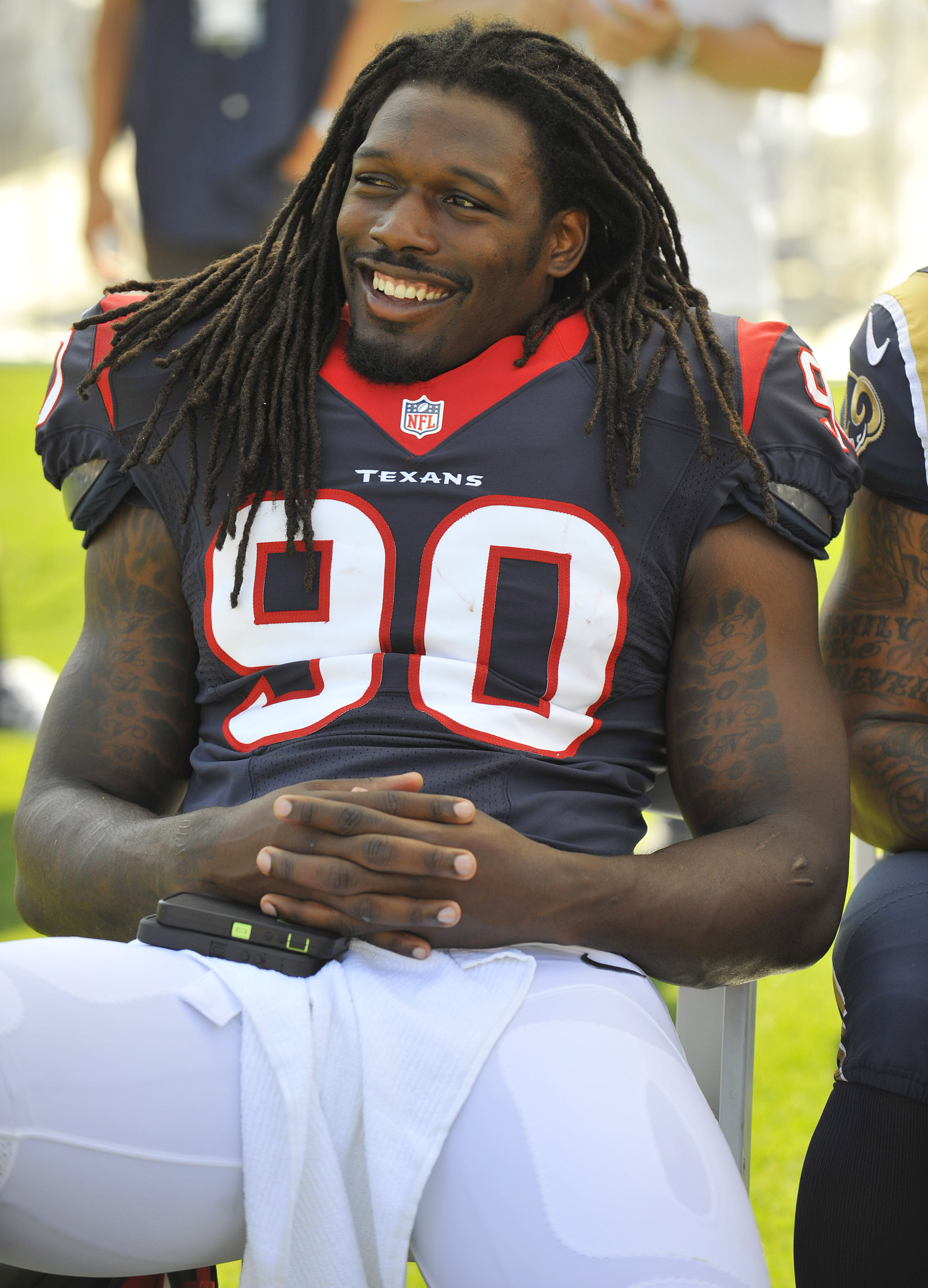 Jadeveon Clowney spares RB from massive hit