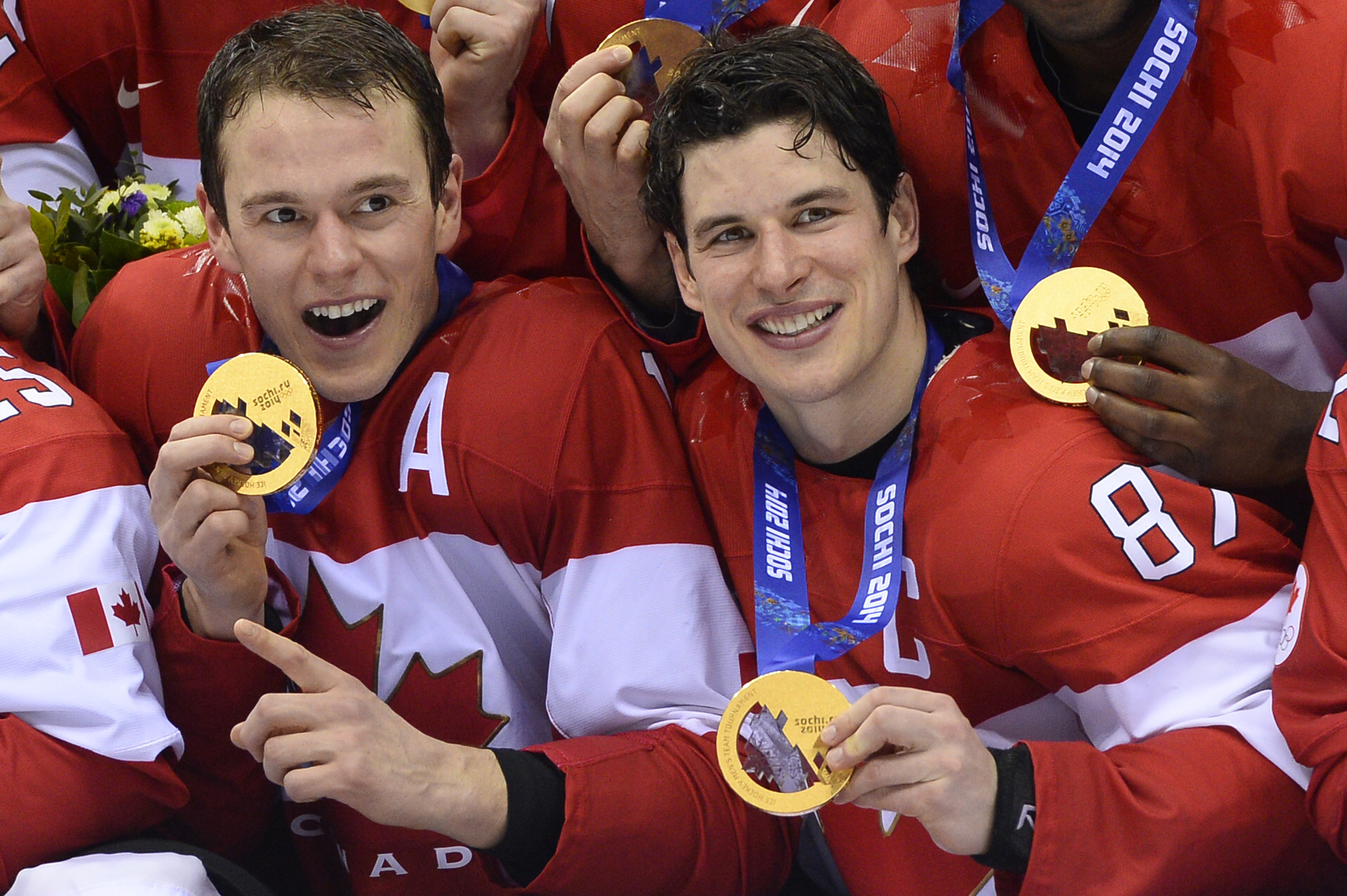 Jonathan Toews, Sidney Crosby celebrate winning Olympic gold for Canada at the 2014 Games.