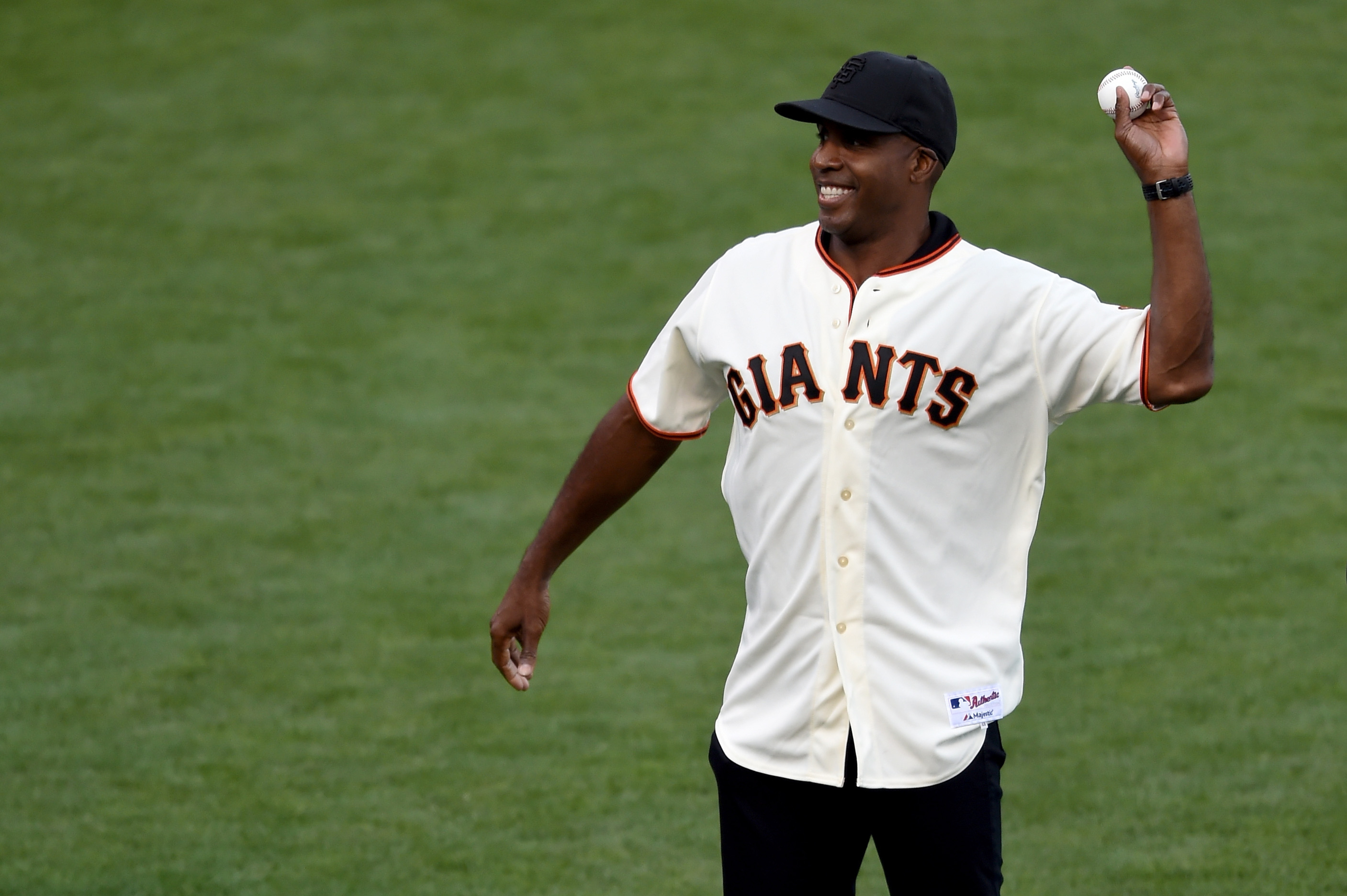 Barry Bonds throws out first pitch prior to NLCS Game 4