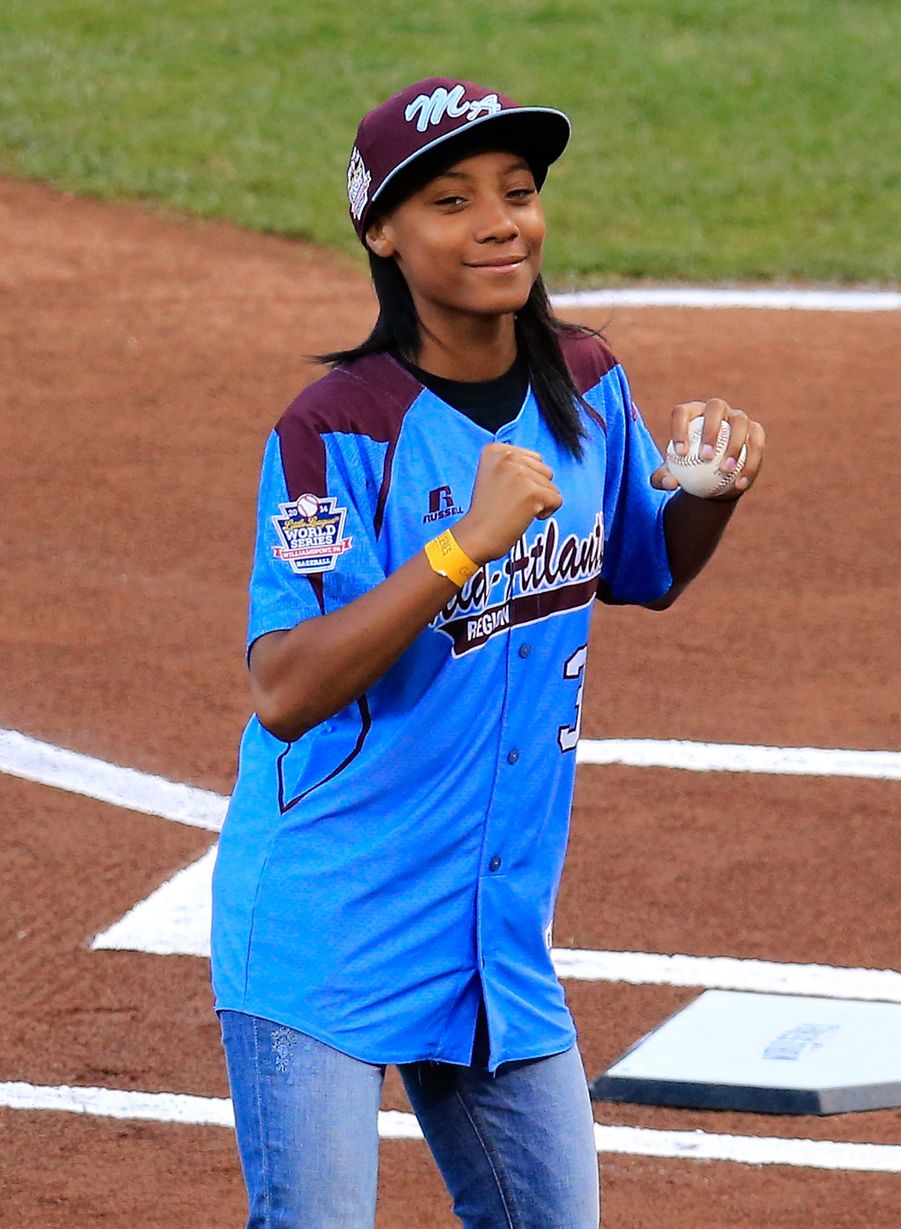 Mo'ne Davis throws out first pitch before Game 4 of World Series