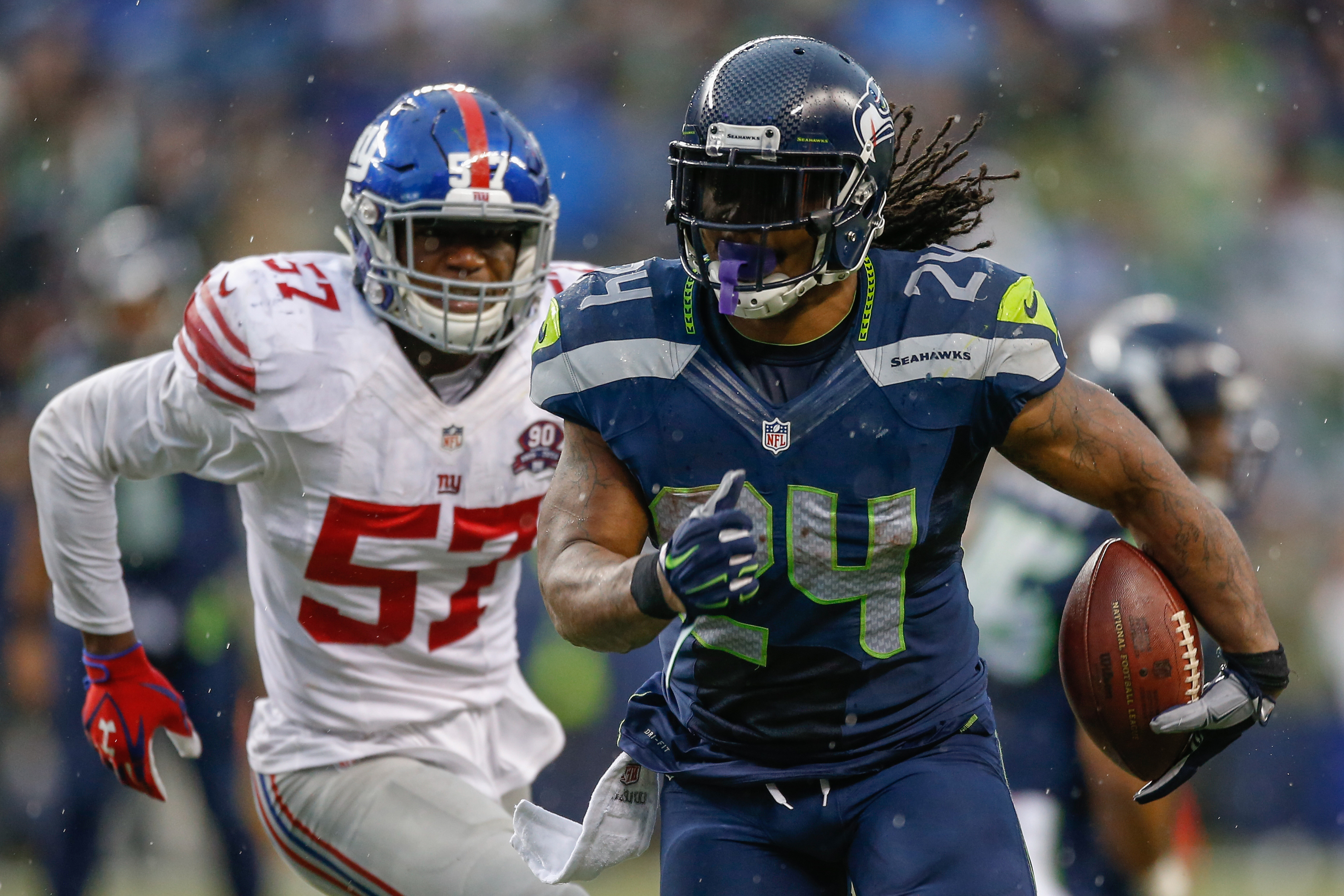 Jacquian Williams chases Marshawn Lynch
