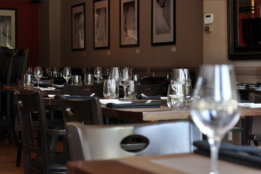 Inside Les Coudes sur la Table