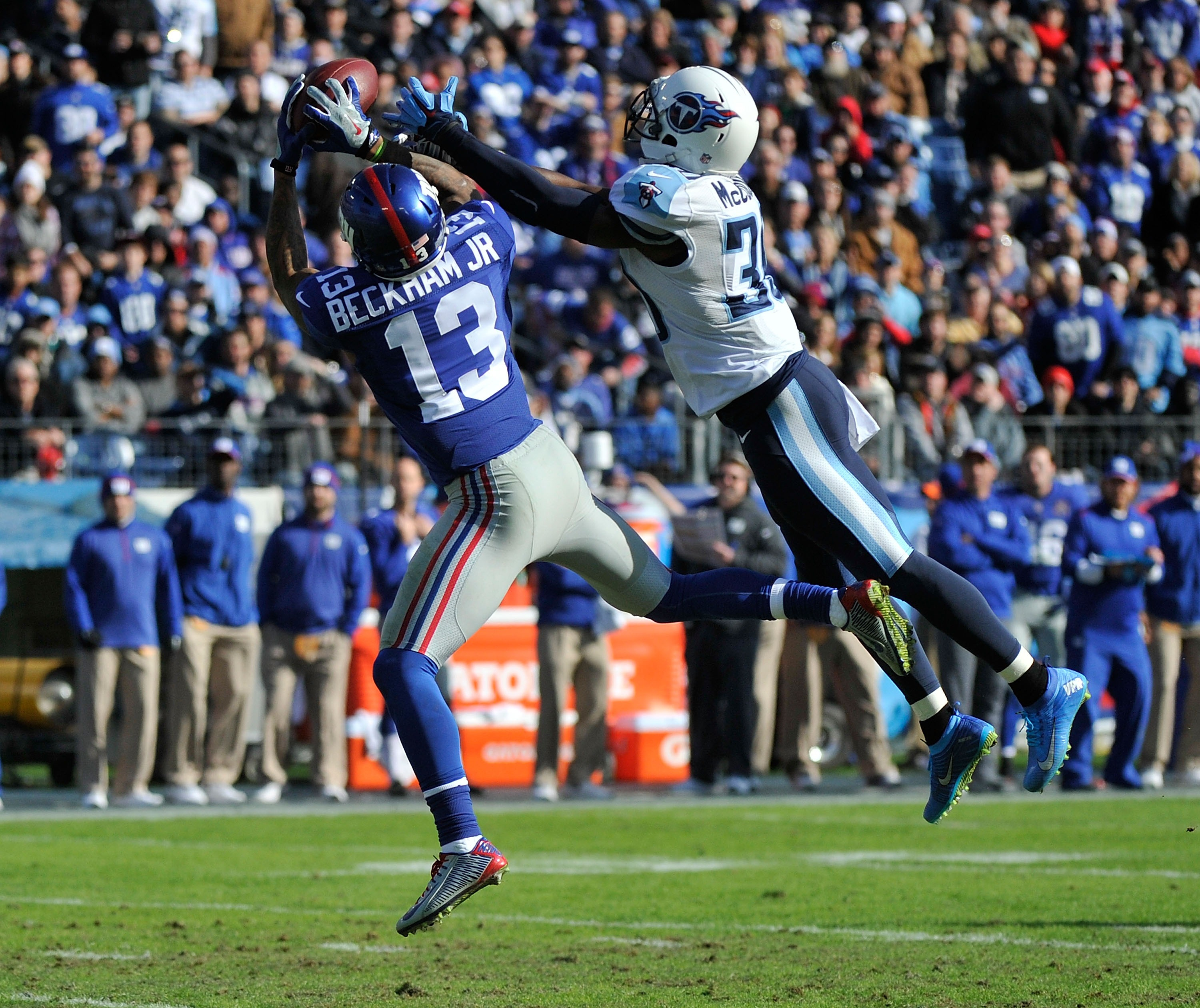 Odell Beckham makes a 50-yard catch during the first half