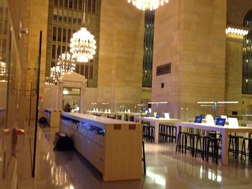 """Image via <a href=""""http://www.businessinsider.com/apple-store-grand-central-photos-2011-12"""">Business Insider</a>"""