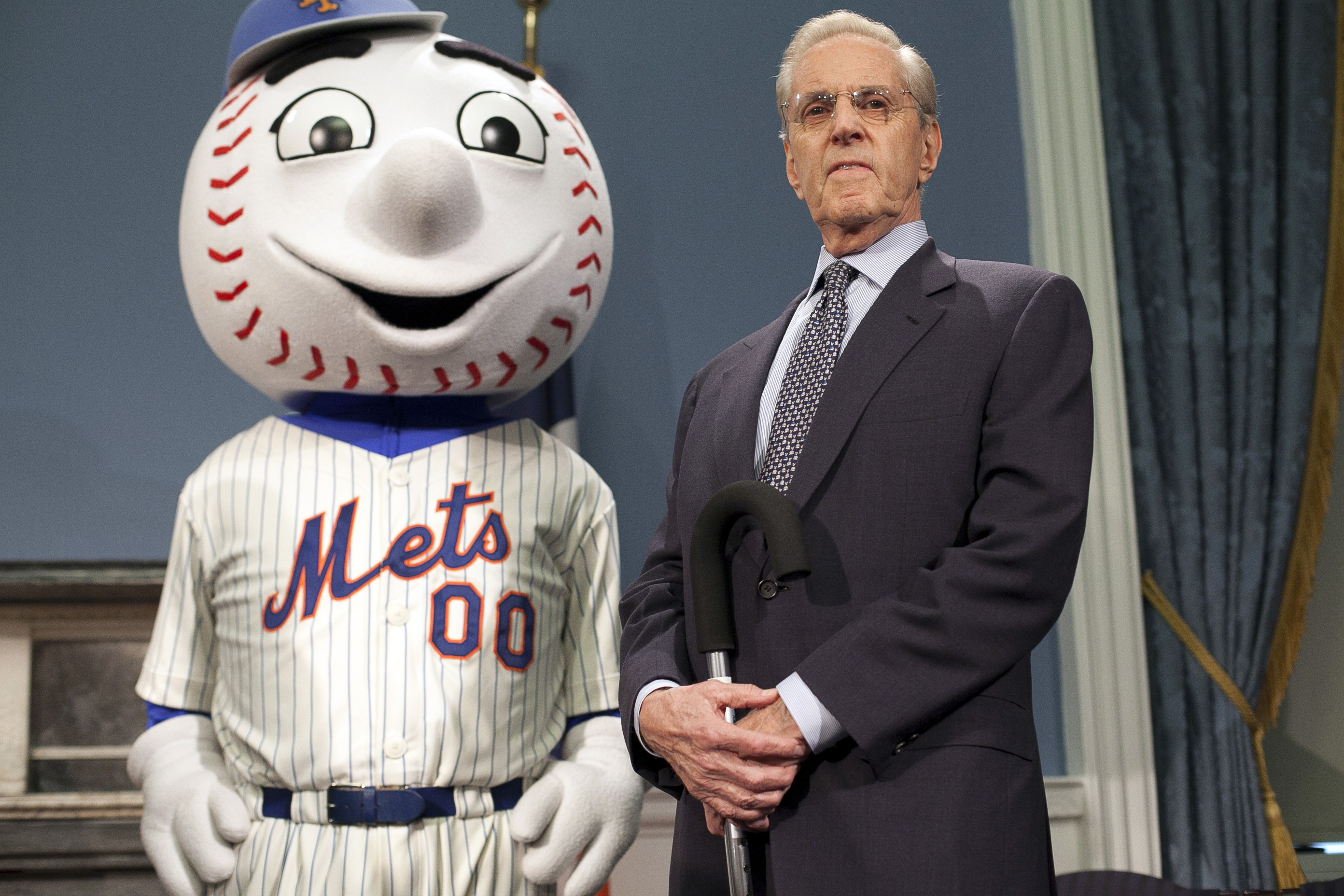 Mr. Met stands with former Mets owner Fred Wilpon.