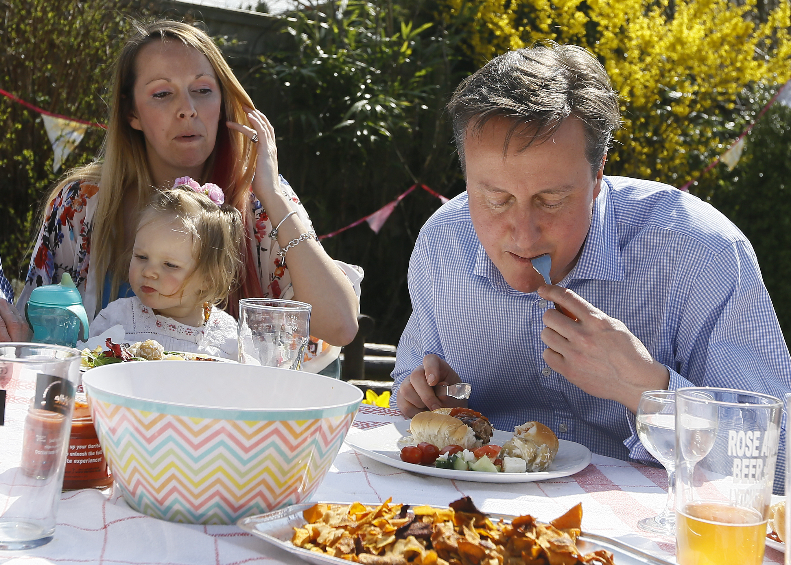 British Prime Minister David Cameron Doesn't Know How to Eat Hot Dogs