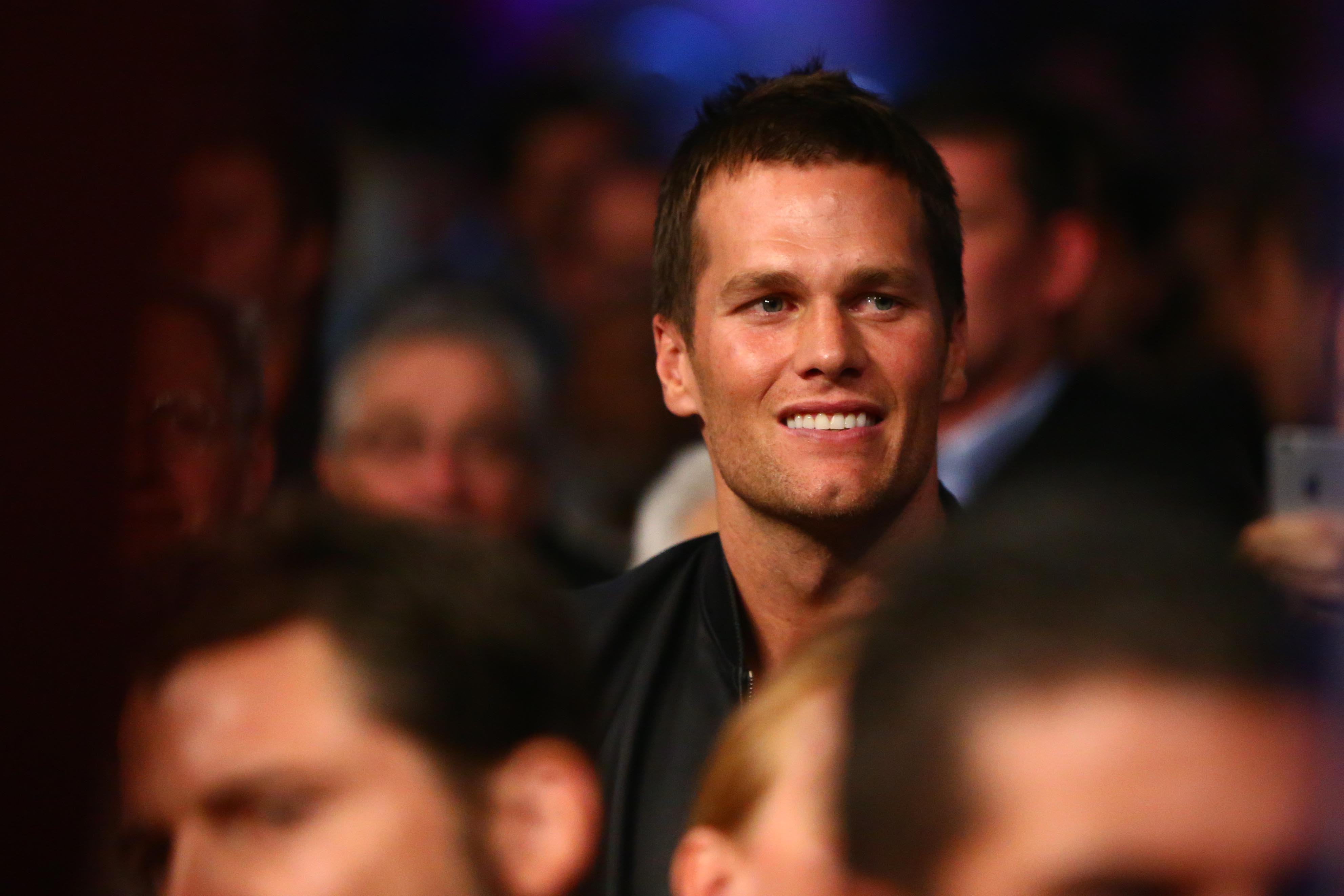 Tom Brady dodges DeflateGate questions in 1st public appearance since report