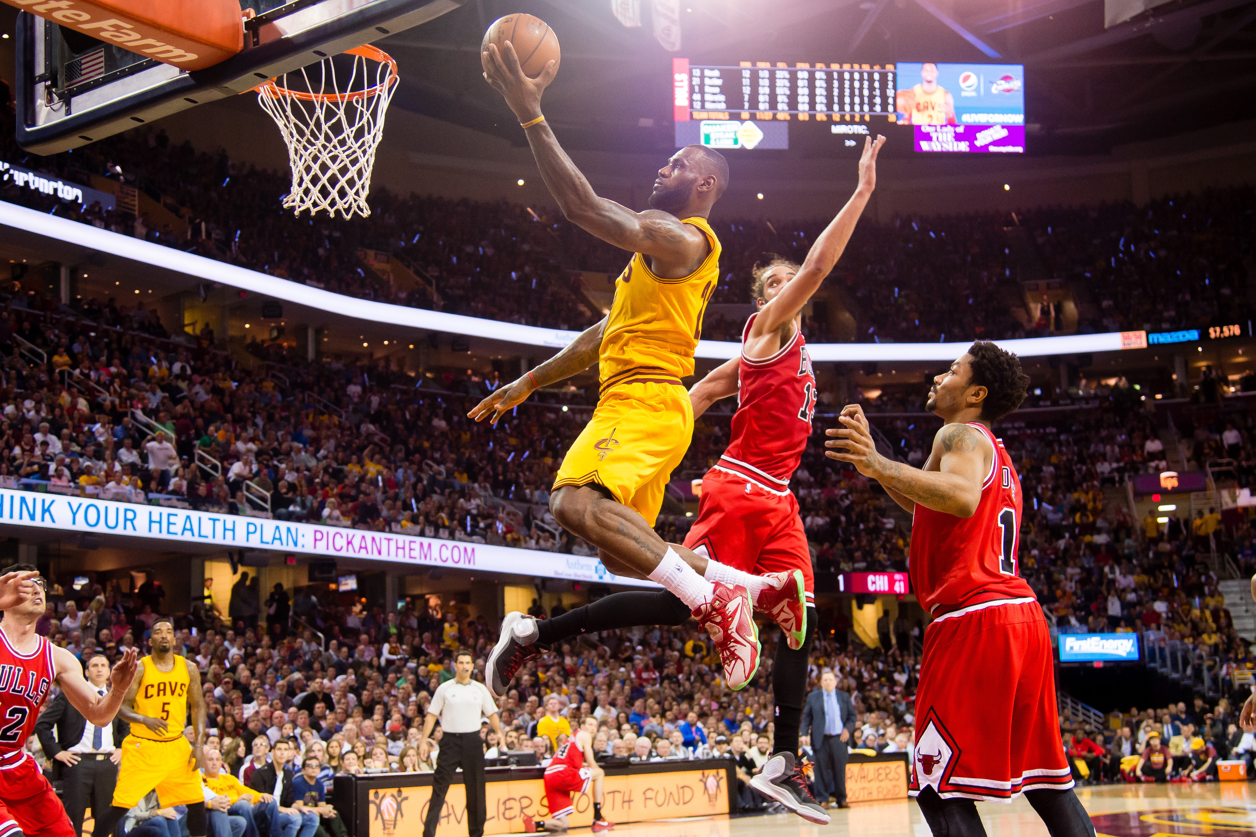 NBA playoffs scores 2015: LeBron James leads Cavaliers over Bulls in Game 5