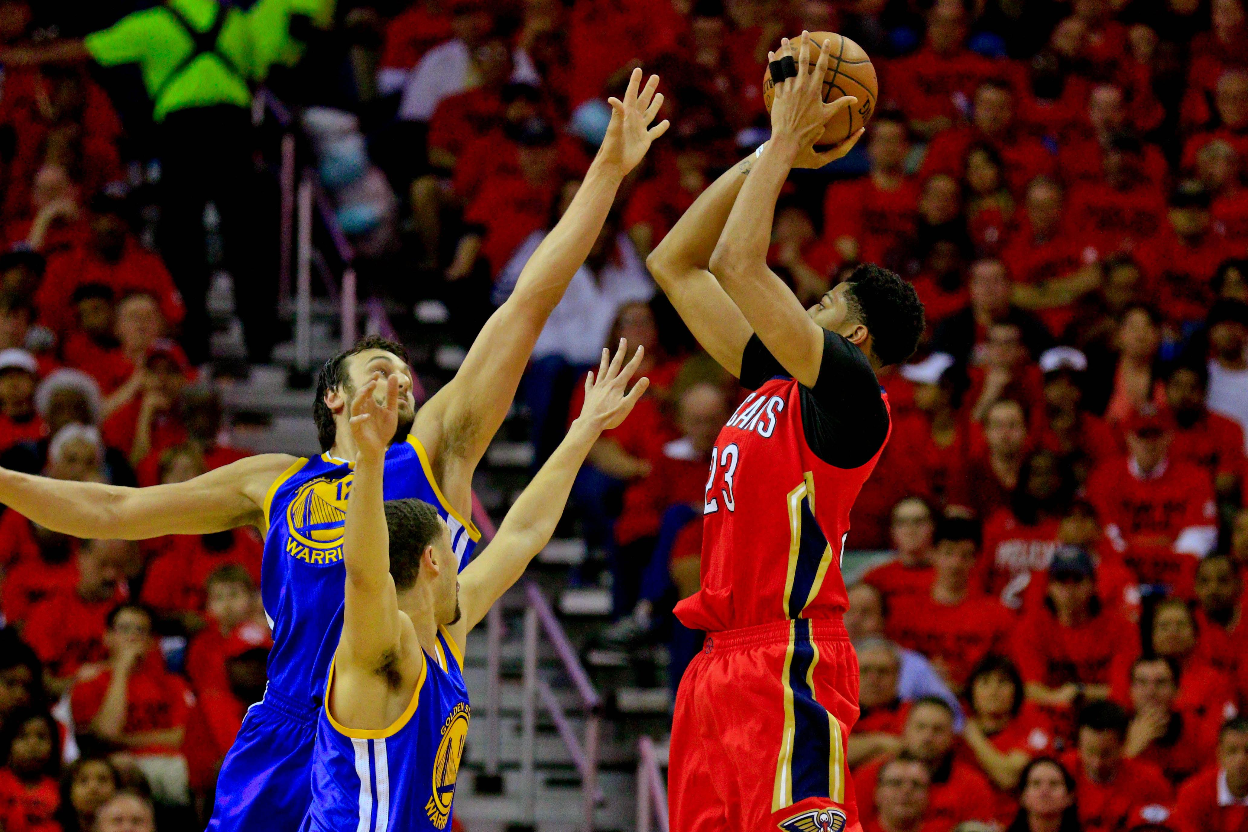 Davis rises over two GS defenders on a midrange shot.