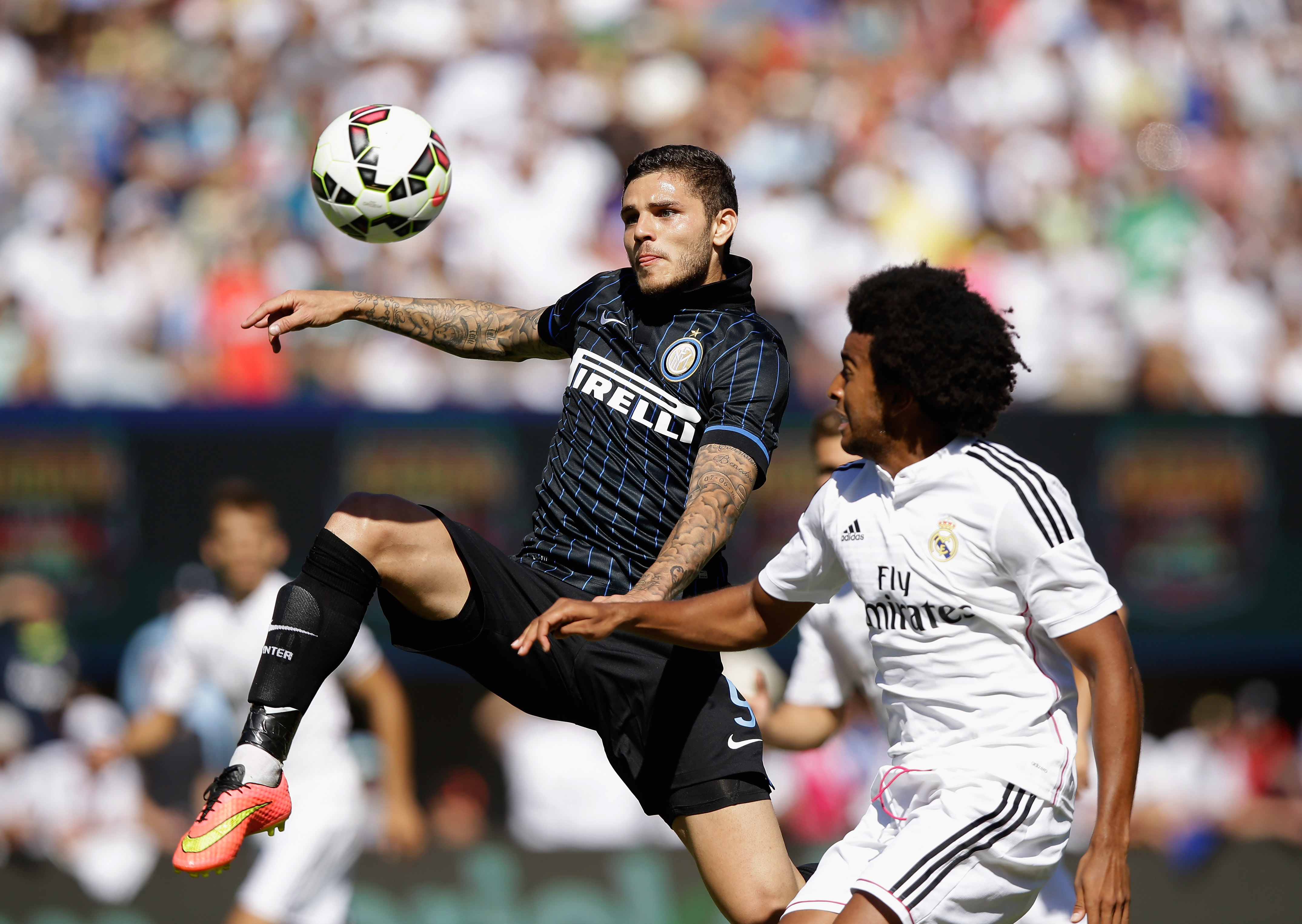 Osede in action against Mauro Icardi.