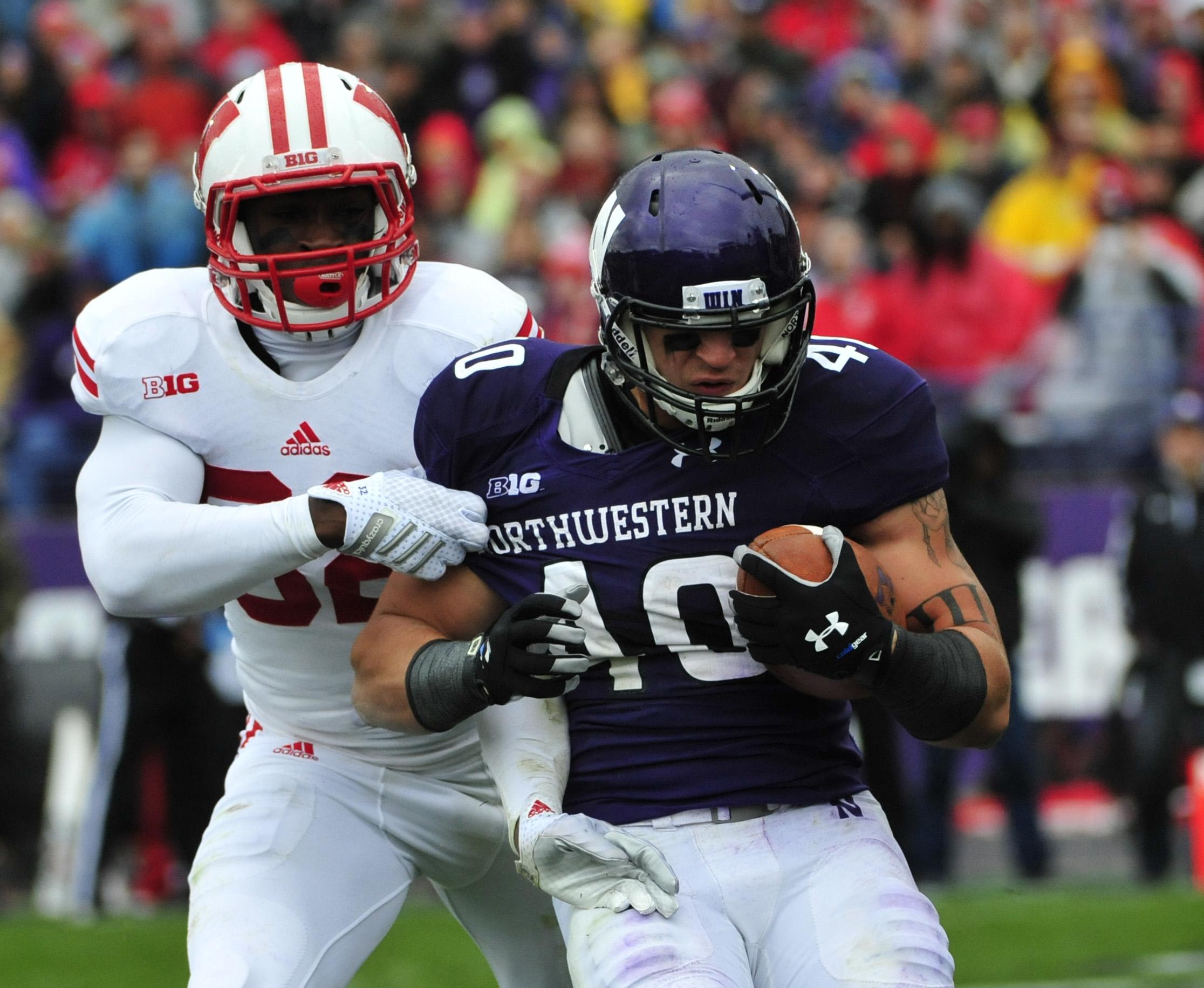 Wisconsin linebacker Leon Jacobs pursues Northwestern's Dan Vitale.