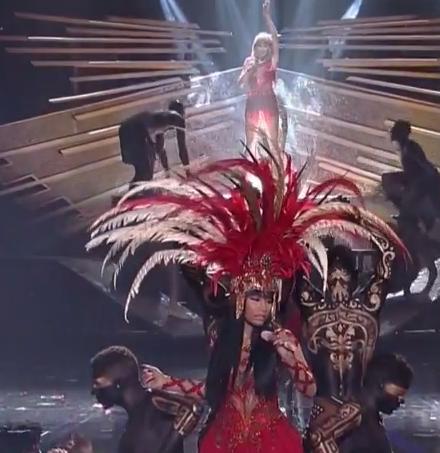 Nicki Minaj welcomed Taylor Swift to the stage.