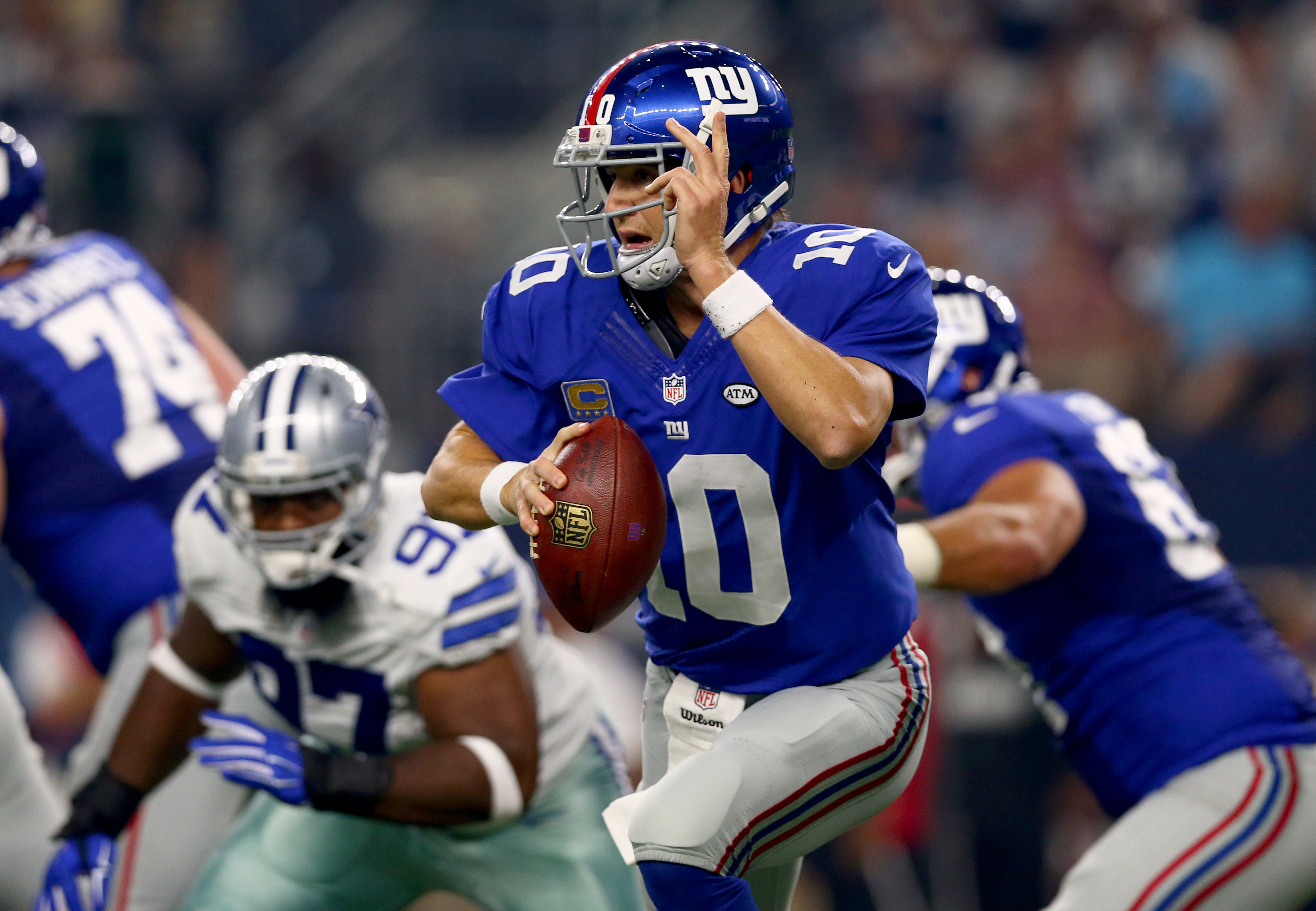 Eli Manning escapes the Dallas pass rush