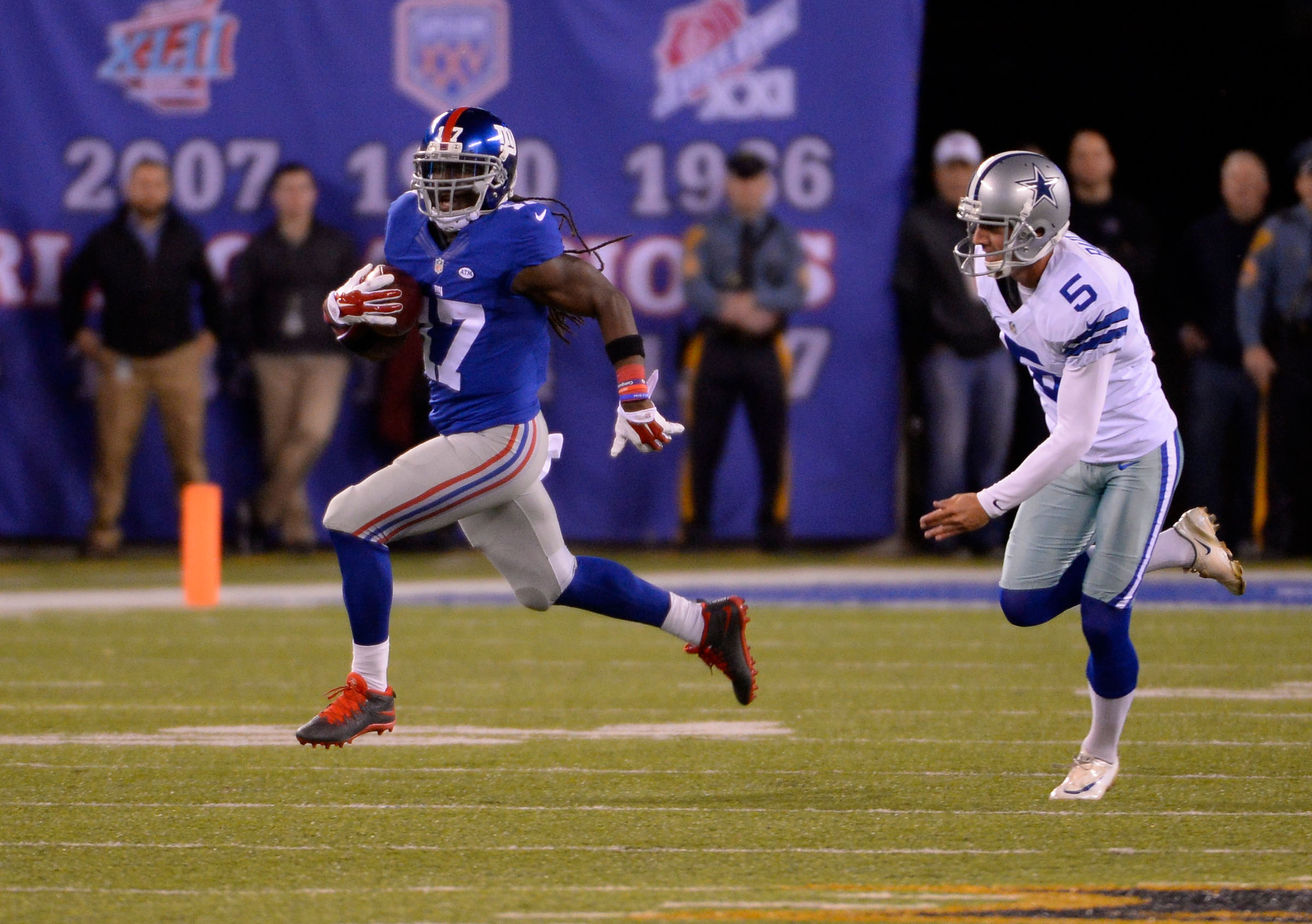 Dwayne Harris runs for a 100-yard kickoff return touchdown on Sunday