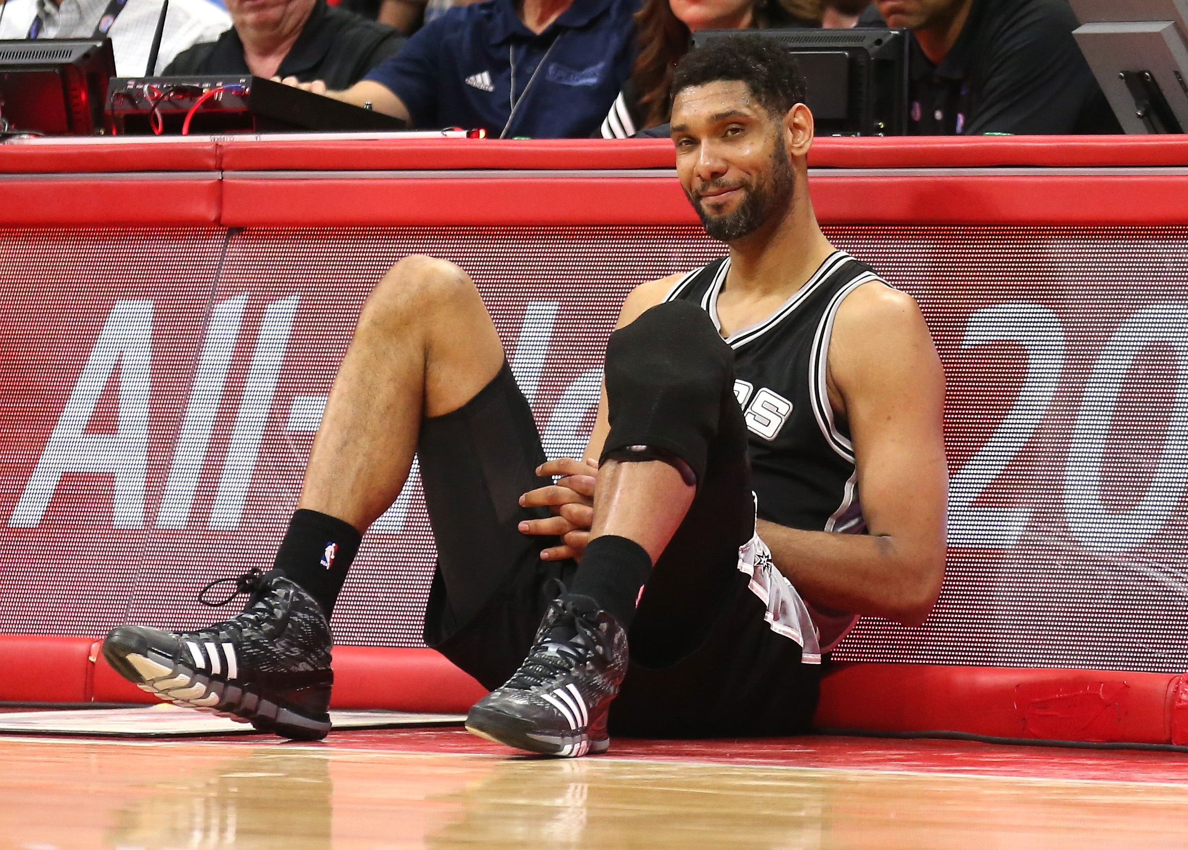 Tim Duncan sets NBA record for most wins with one team