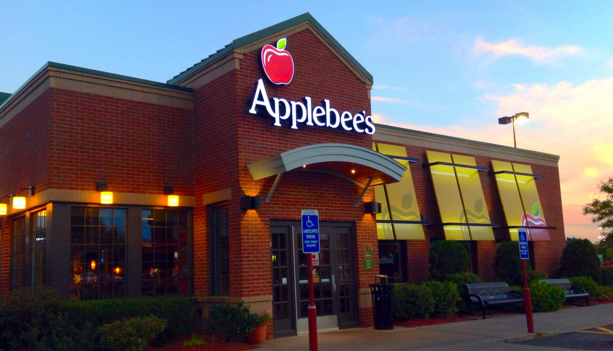 Awful Restaurant Diner Assaults Applebee's Customer for Speaking Swahili