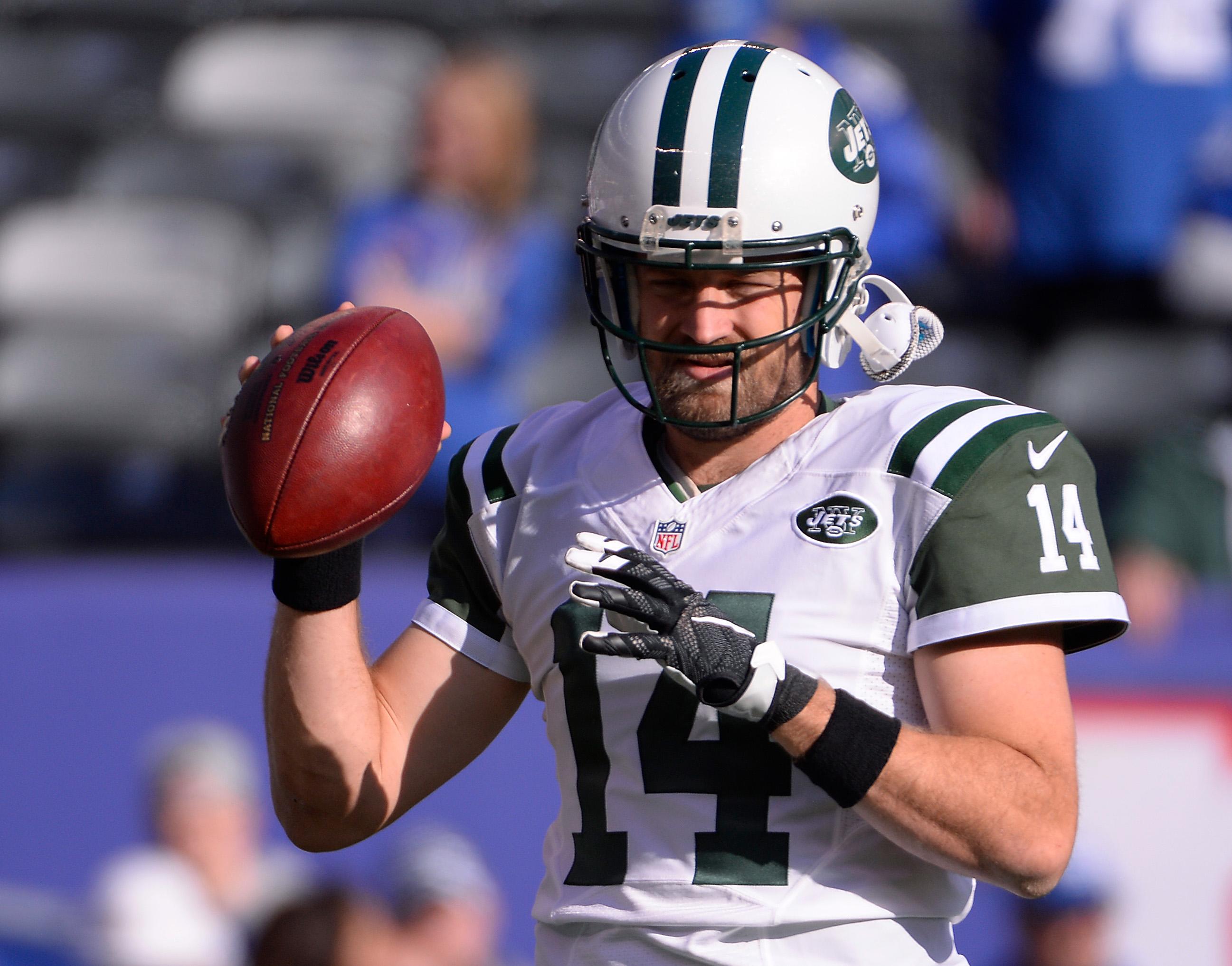 Jets quarterback Ryan Fitzpatrick warms up on Sunday