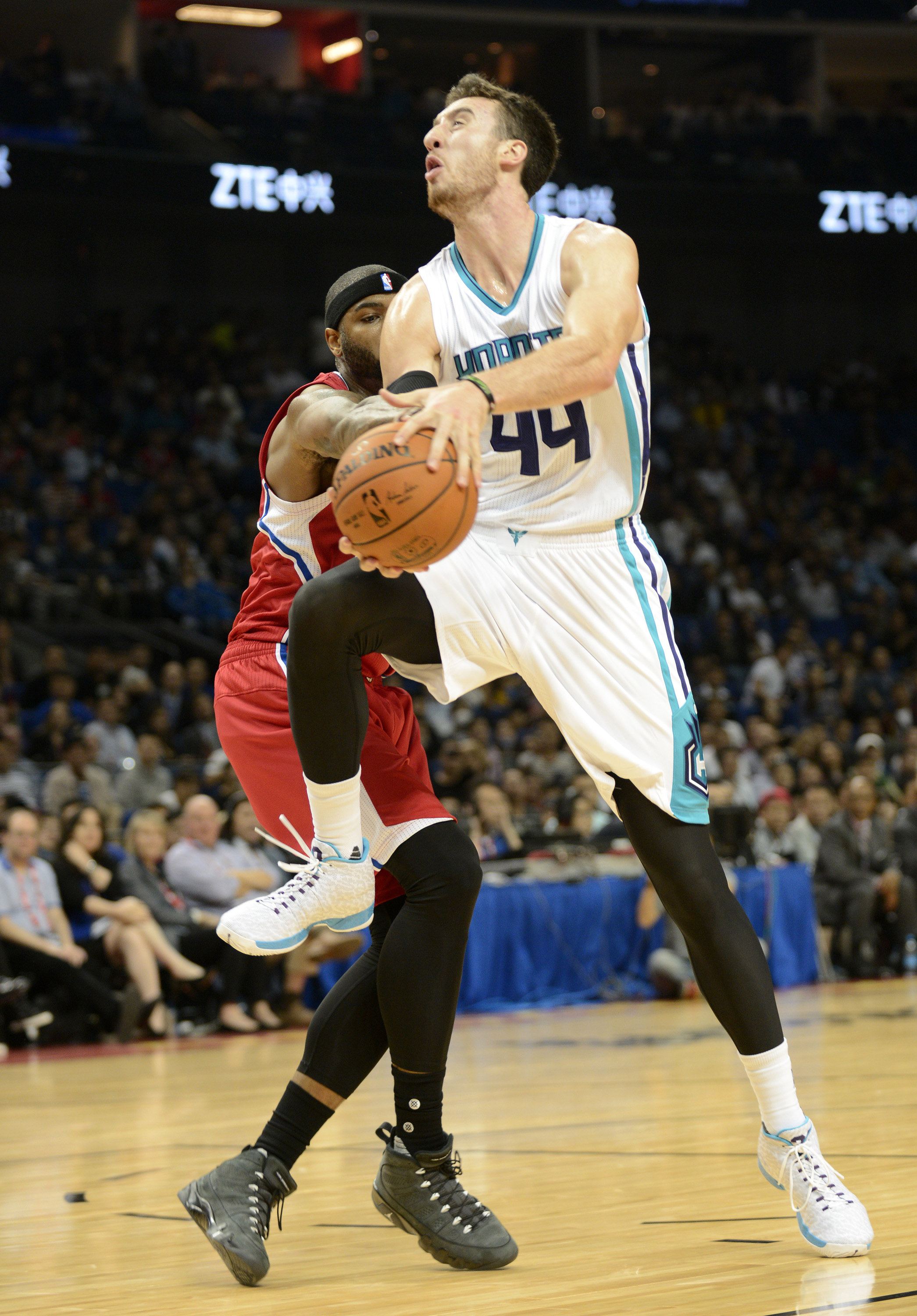 Amazingly, this is the funniest picture of Kaminsky in a Hornets uni that I could find.