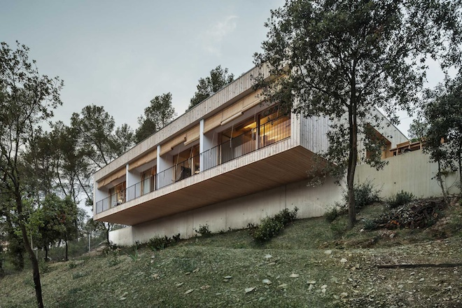 "All photos by Adria Goula via <a href=""http://www.revistaad.es/arquitectura/articulos/casa-llp/17571"">AD España</a>"