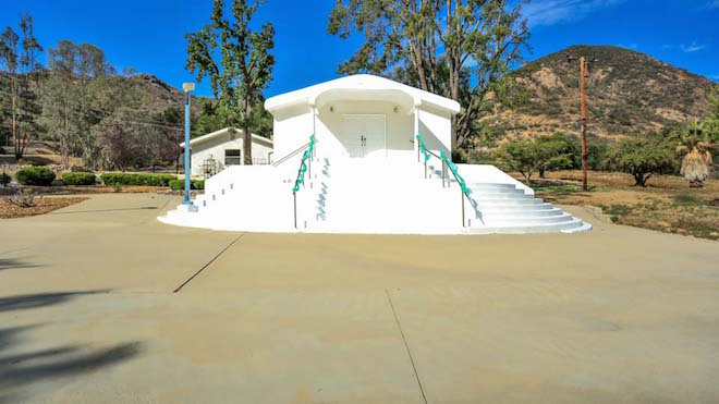 """All images via <a href=""""http://www.qwikvid.com/realestate/go/v1/home/?idx=ms0eJwKtcLxOdHJelYJF7TvwCDbXiD2N"""">Agoura Horse Property/Nona Green</a>"""