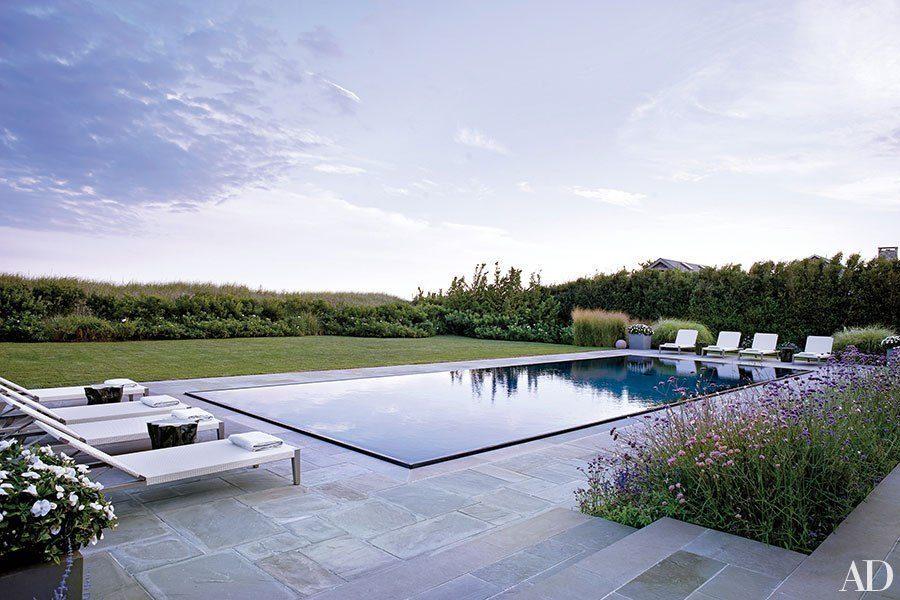 "<span class=""credit"">[<a href=""http://www.architecturaldigest.com/decor/2015-07/thomas-kligerman-elissa-cullman-long-island-home-article"">Photograph by William Waldron</a>]</span> Edmund Hollander Landscape Architects oversaw the gardens of this lov"
