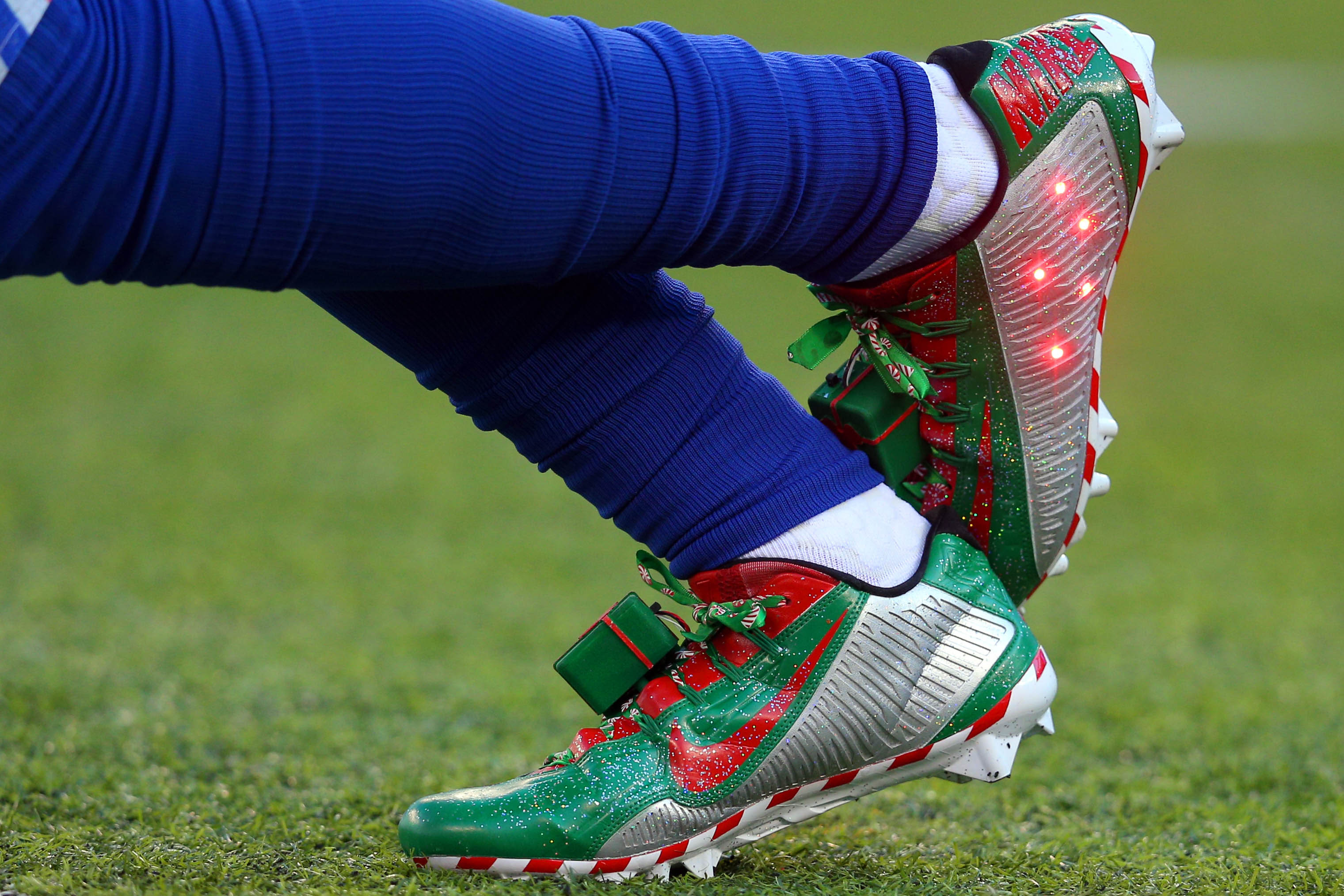Odell Beckham warms up with light-up Christmas cleats on