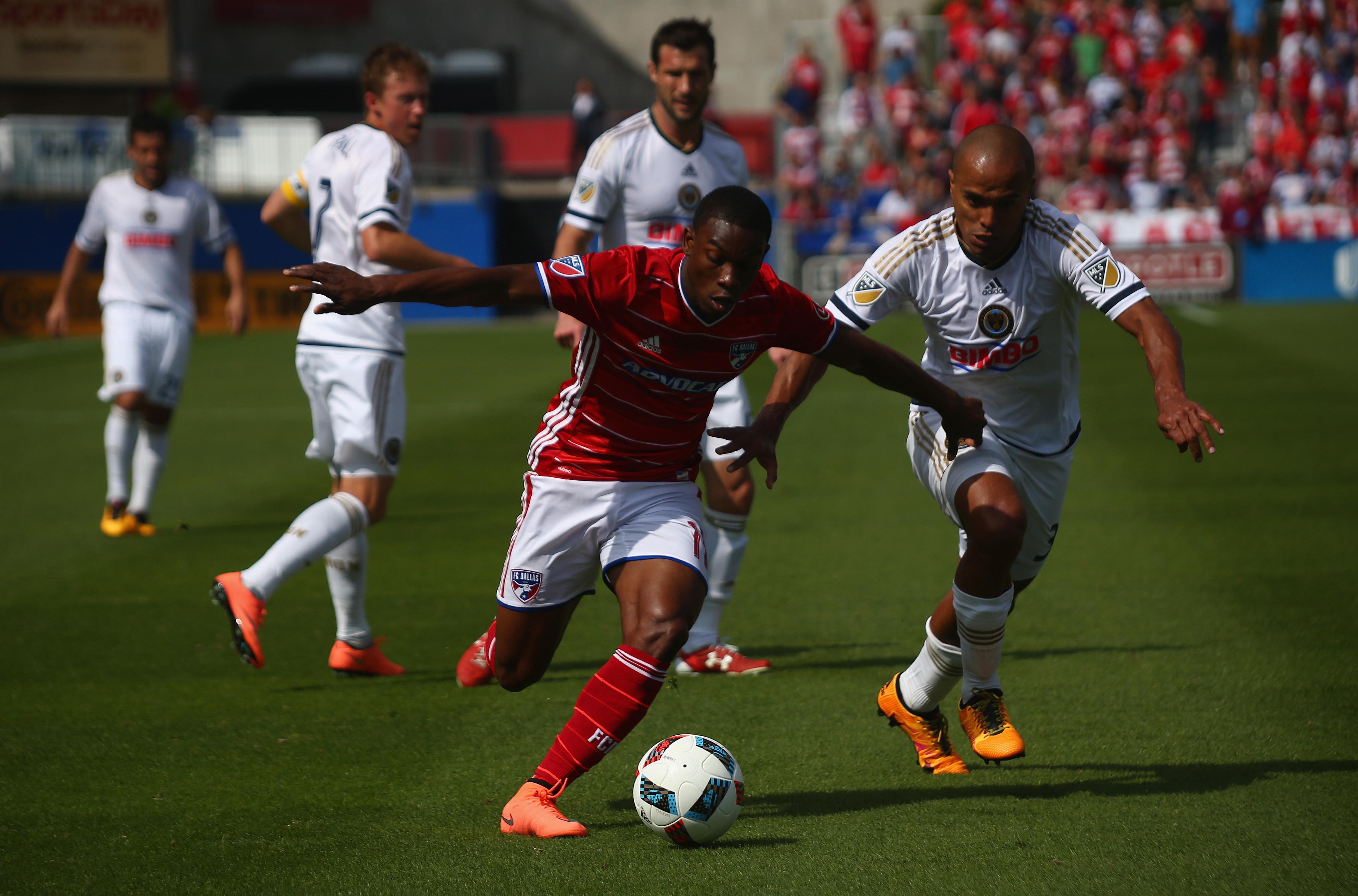 FC Dallas' Fabian Castillo dribbles past the Philadelphia Union's Fabinho.