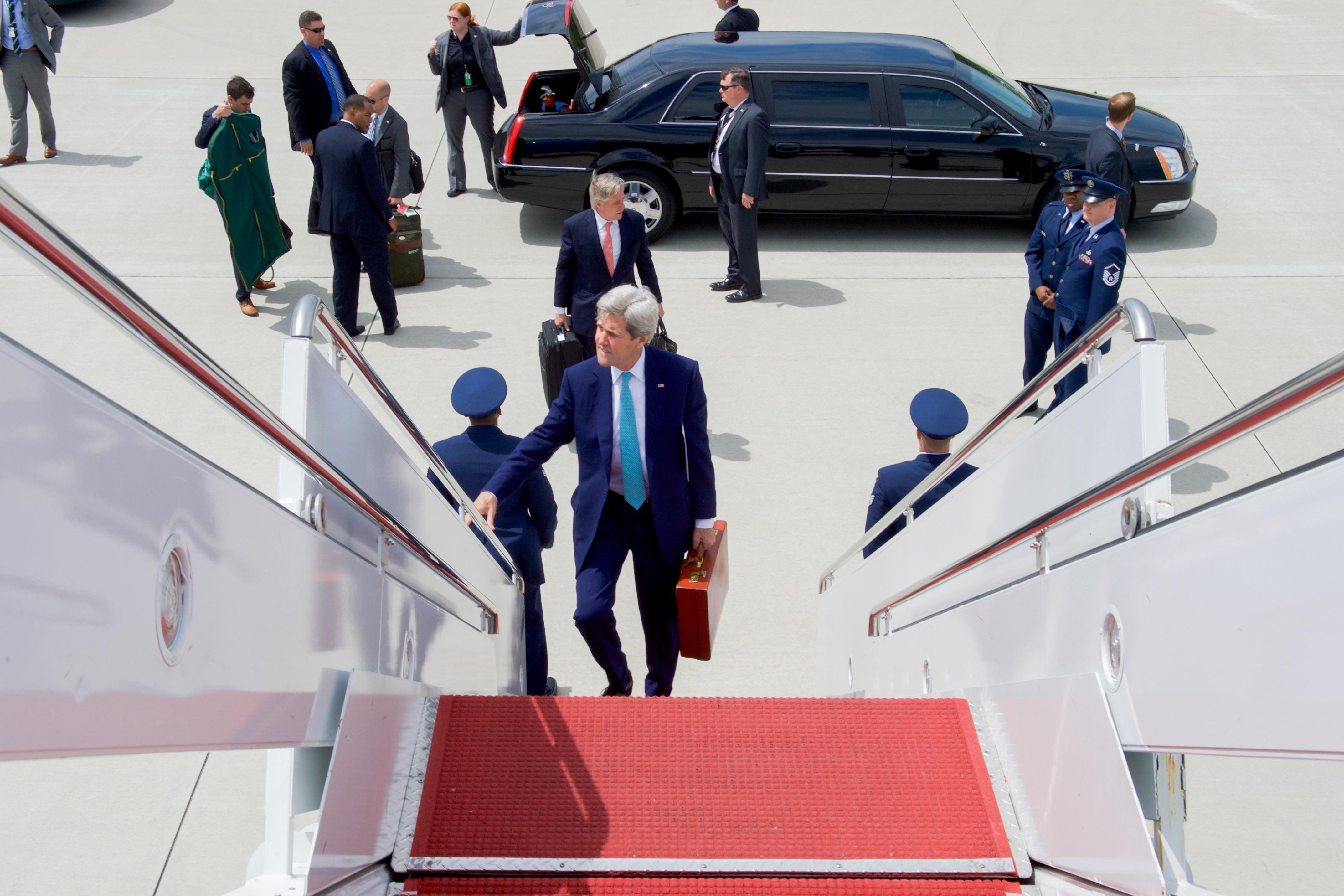 Secretary of State John Kerry boarding his flight to Texas yesterday.