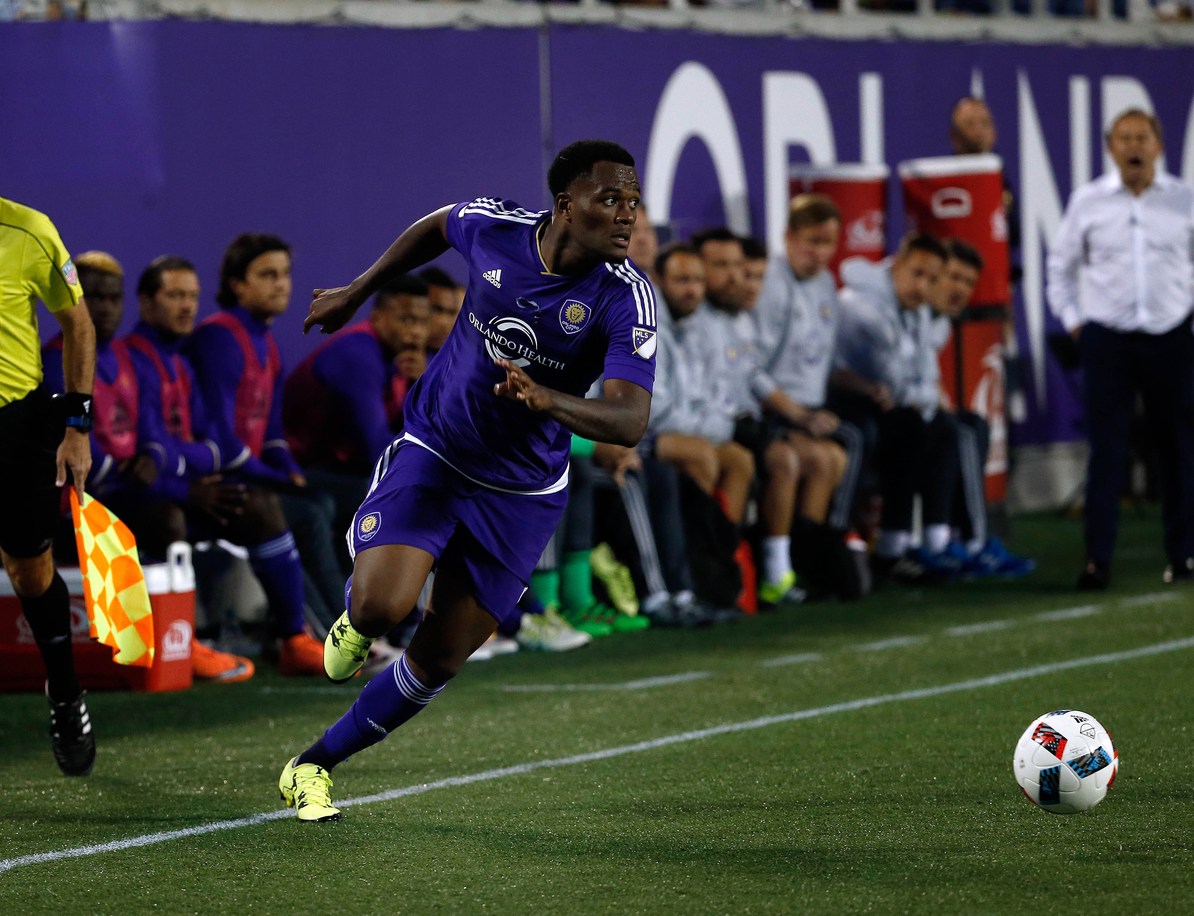 Larin dribbles along the sideline in Orlando's draw against the New York Red Bulls.