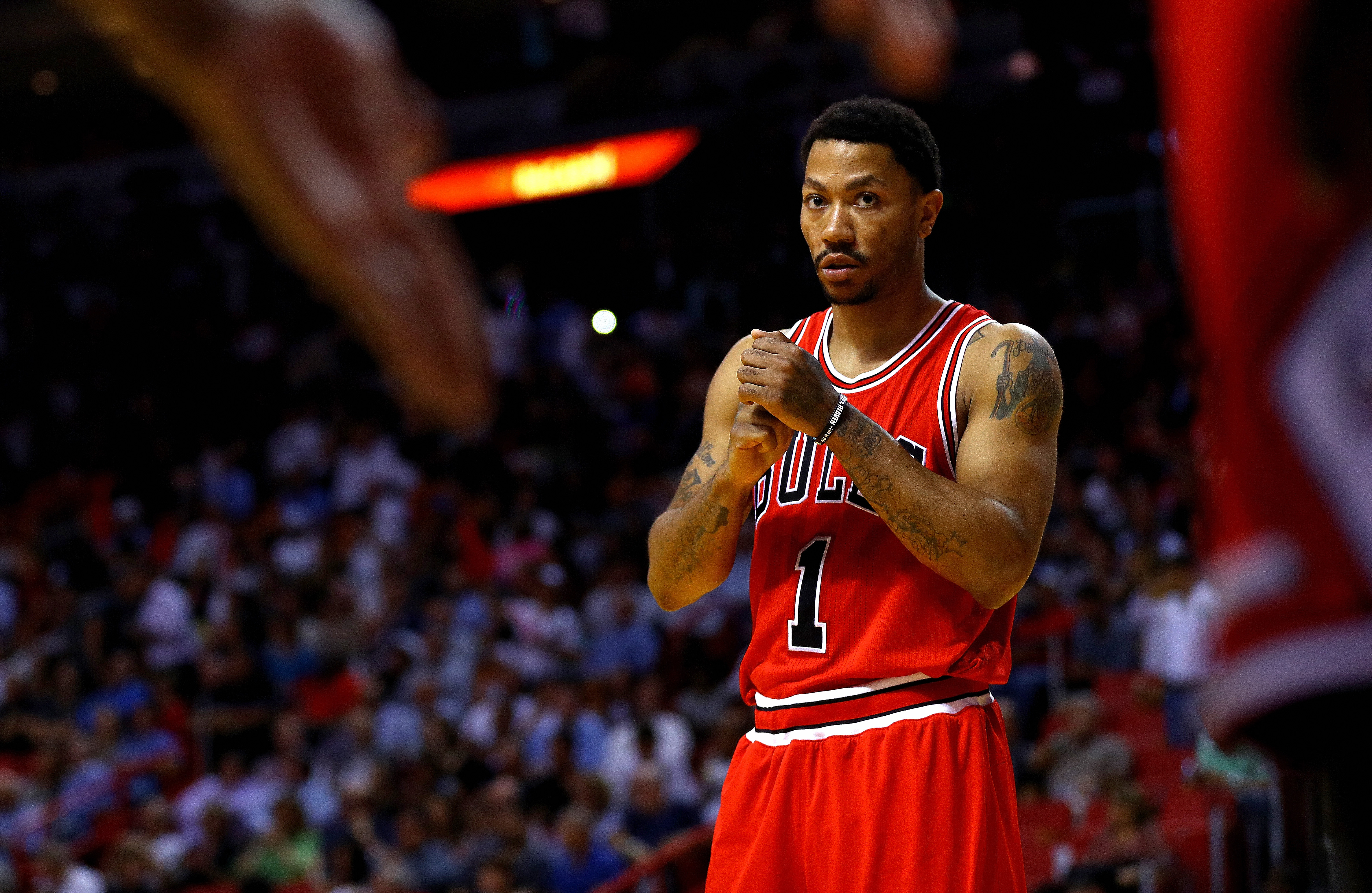 Derrick Rose traded to Knicks in deal involving Robin Lopez