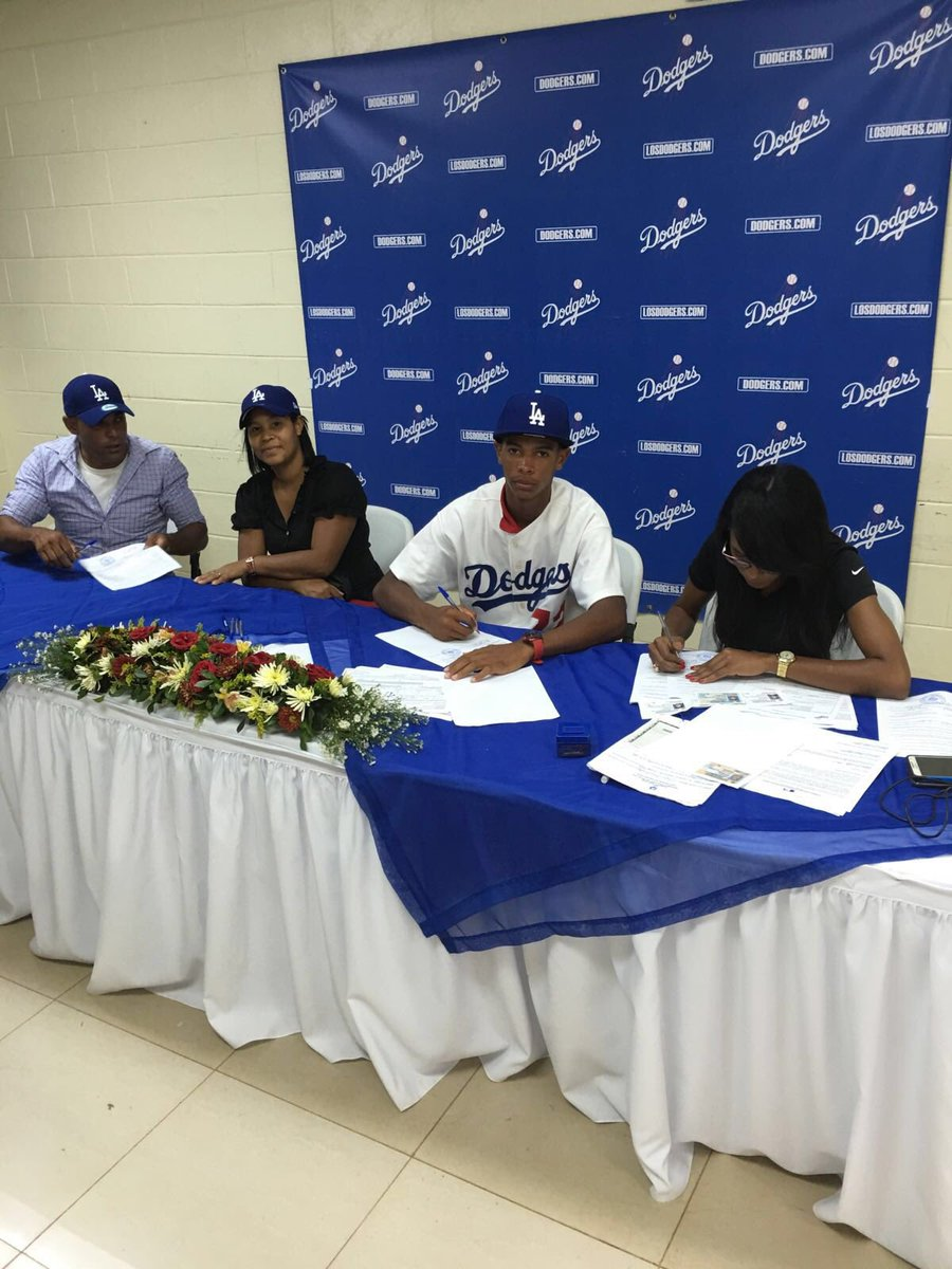 Dominican right-hander Eduard Cuello is among the Dodgers' reported additions during the 2016-2017 international signing period.