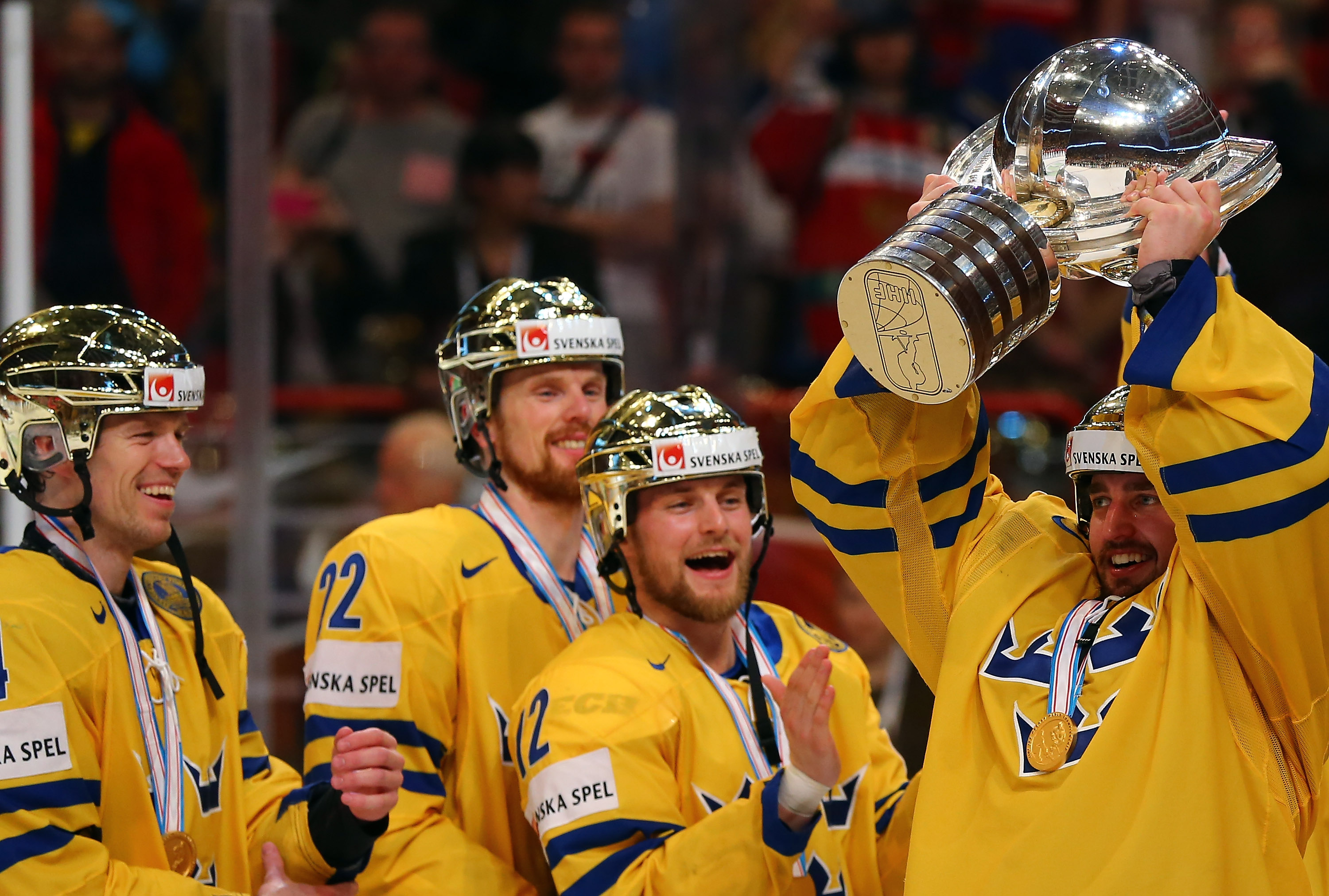 Enroth with the cup for Tre Kronor