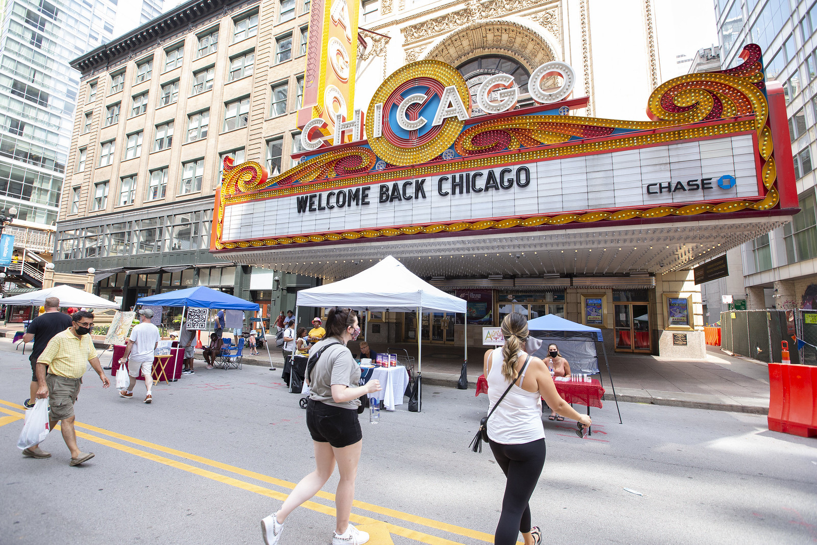 the marquee of the Chicago Theatre, reads Welcome Back Chicago