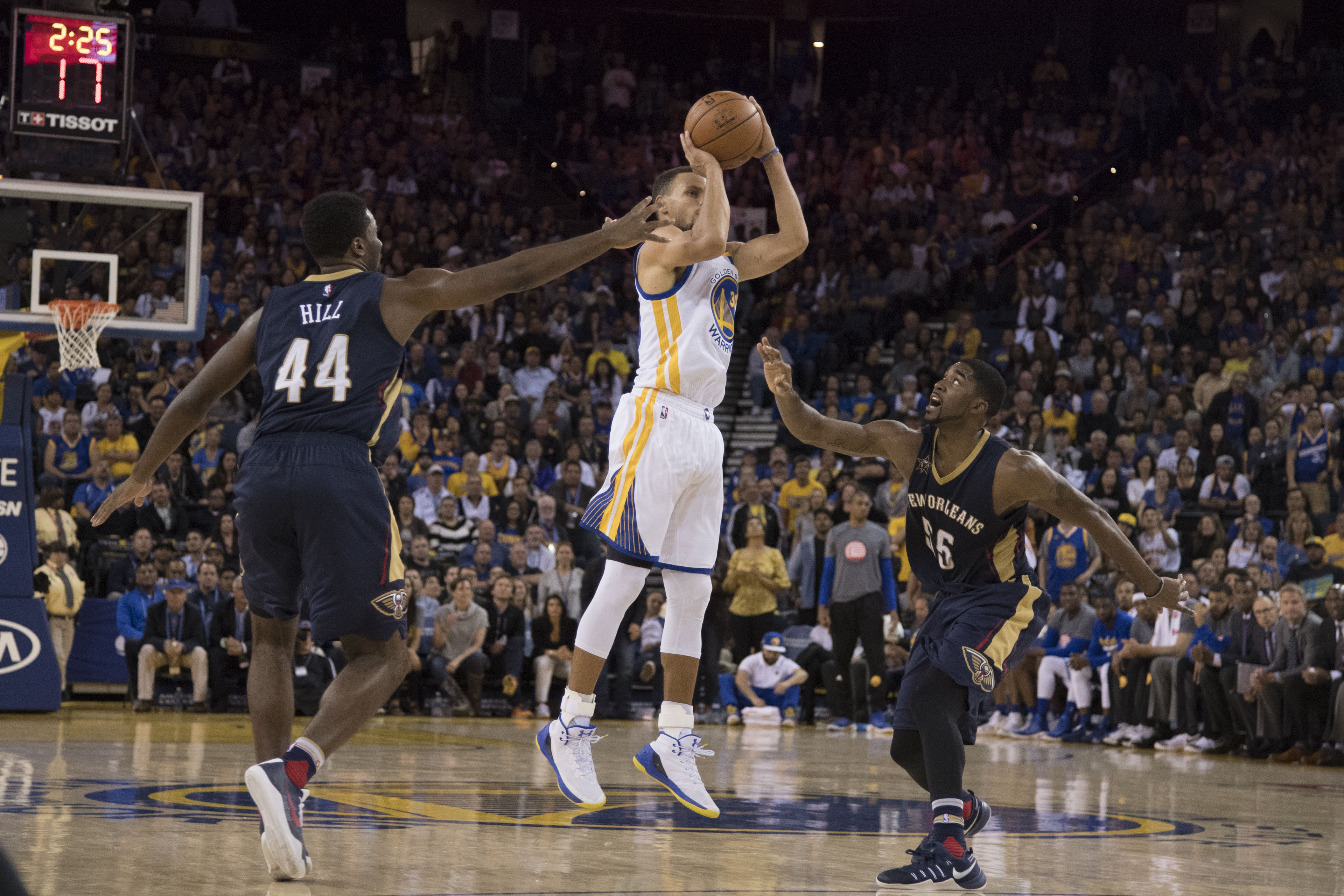 NBA scores 2016: Steph Curry makes history, but Warriors still barely edge Pelicans