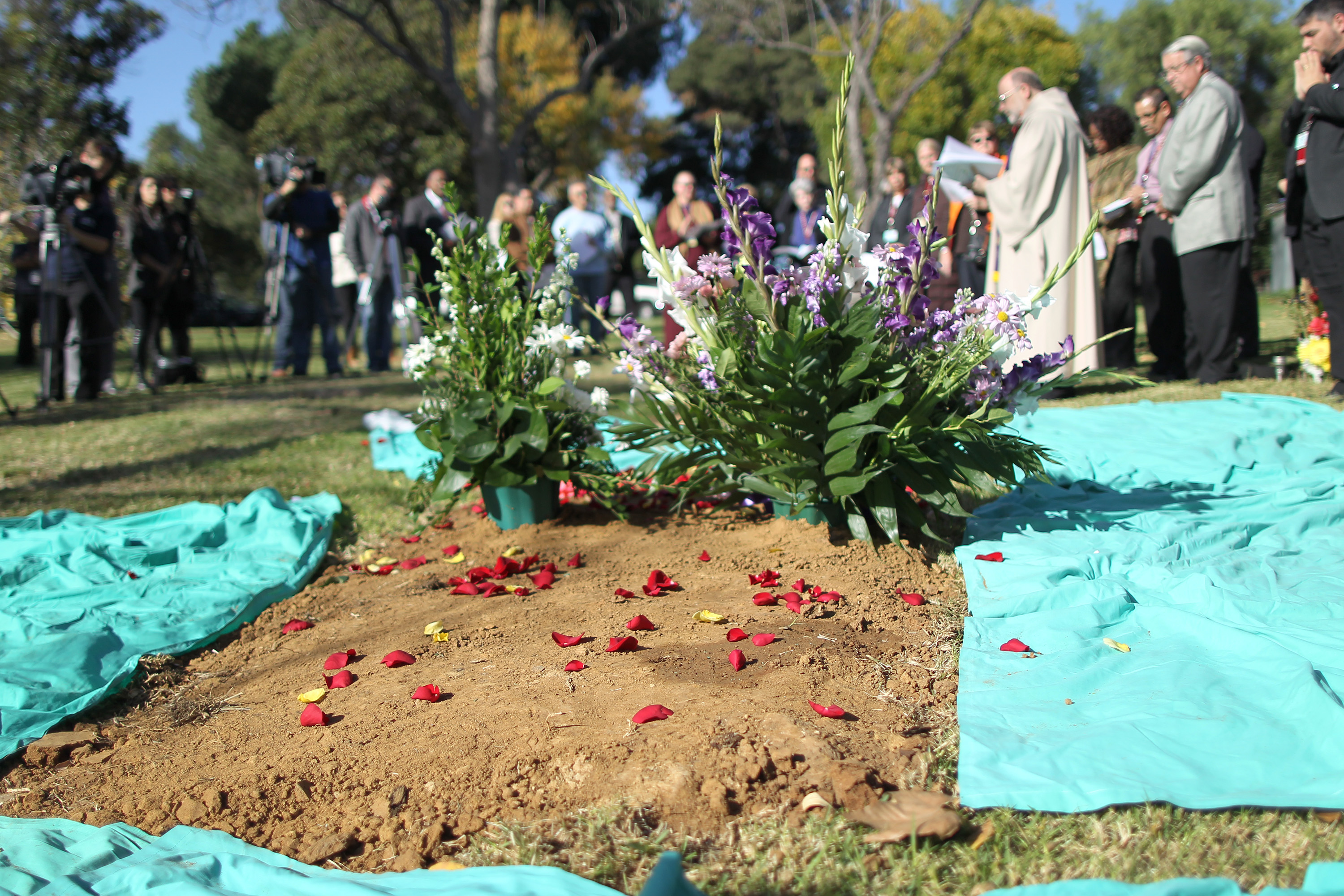 Mass Burial Held For Over 1,000 Unclaimed Bodies In Los Angeles