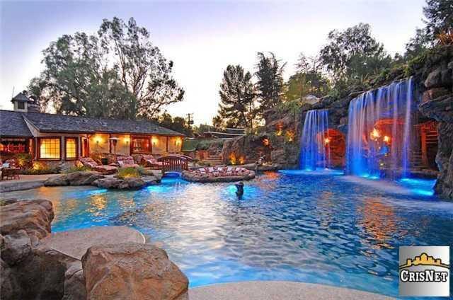 Photo of Drake's lavish pool
