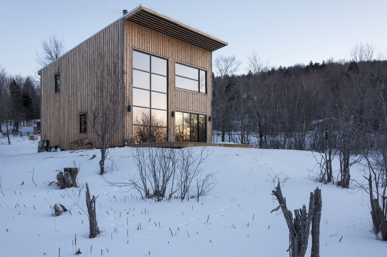Carpenter builds himself a cozy timber home in Quebec