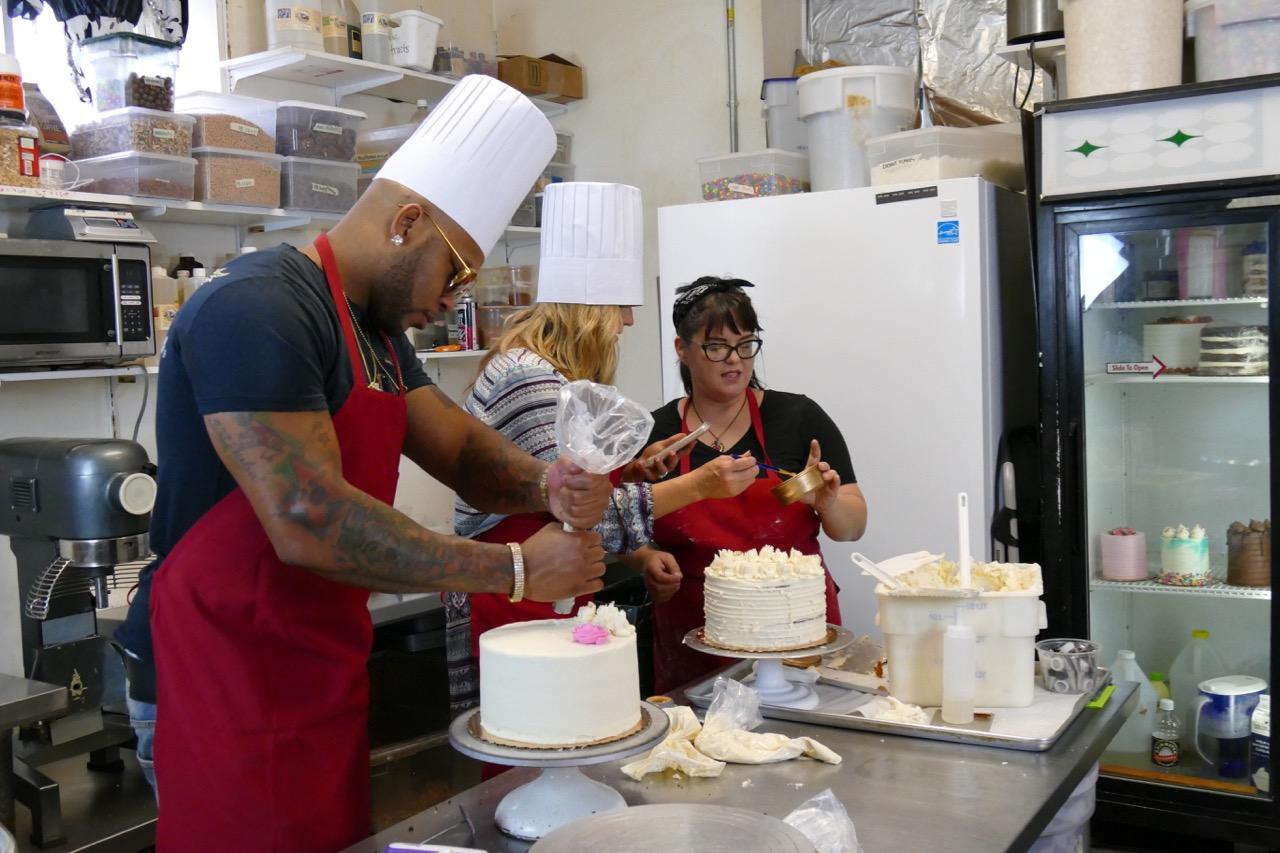 Flo Rida ices cakes.