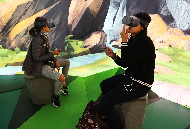 People using Google Daydream VR headset