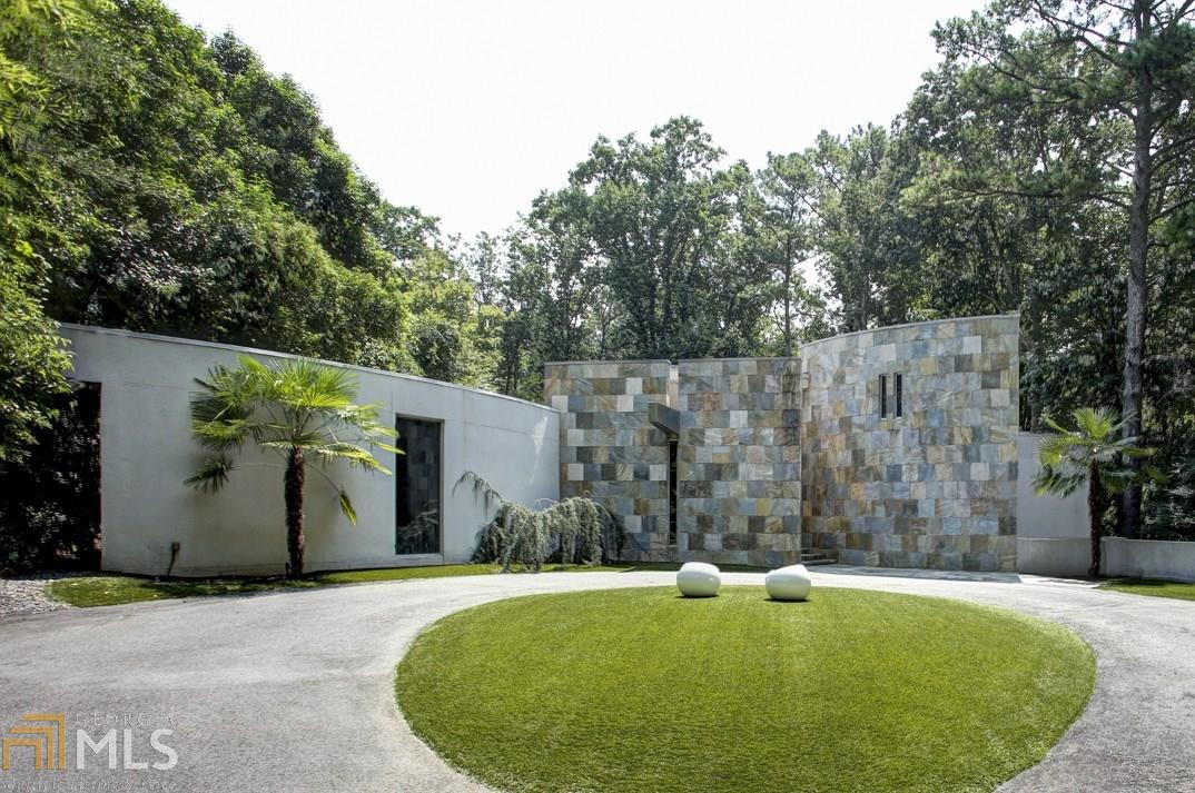 A modern home from 2006 for sale near Chastain Park in Atlanta.