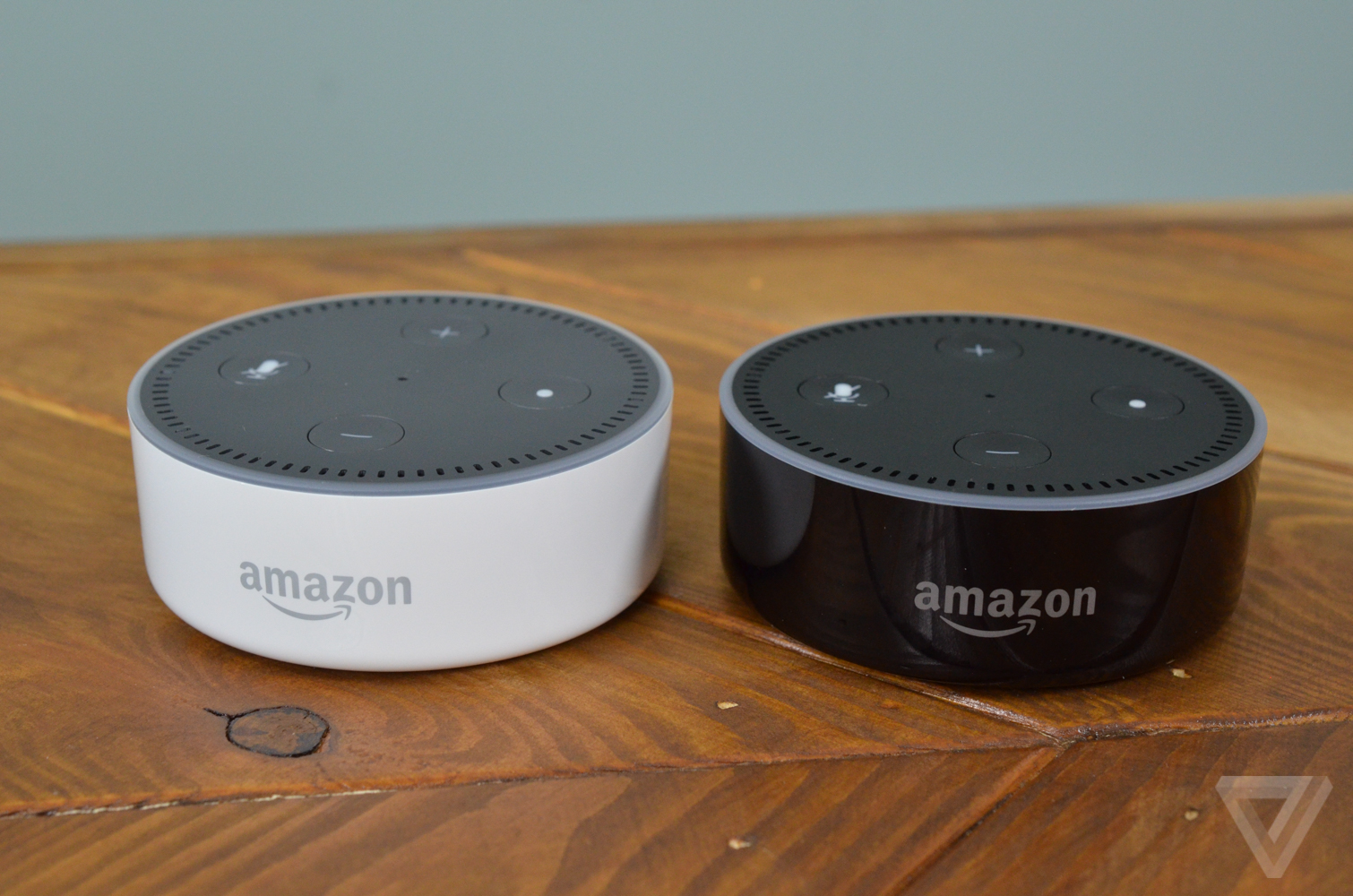 Amazon Dot Echo white hands-on photos