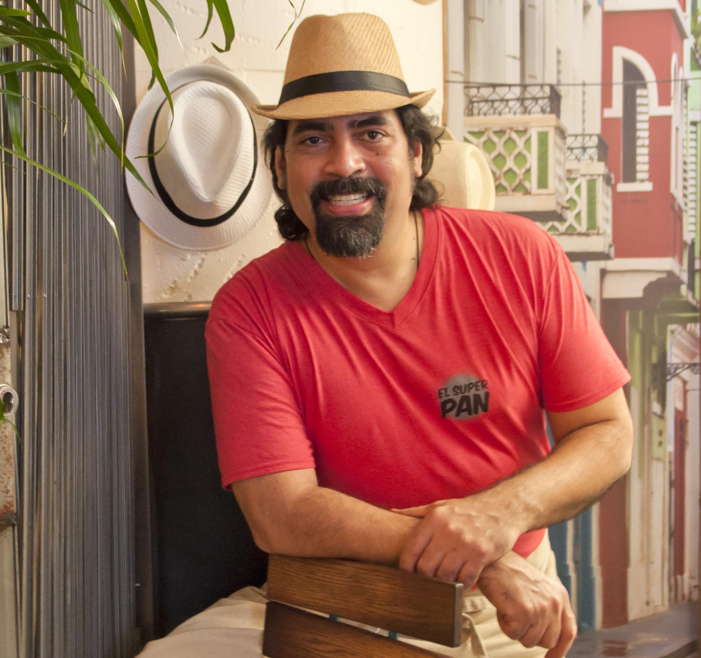 El Super Pan chef Hector Santiago.