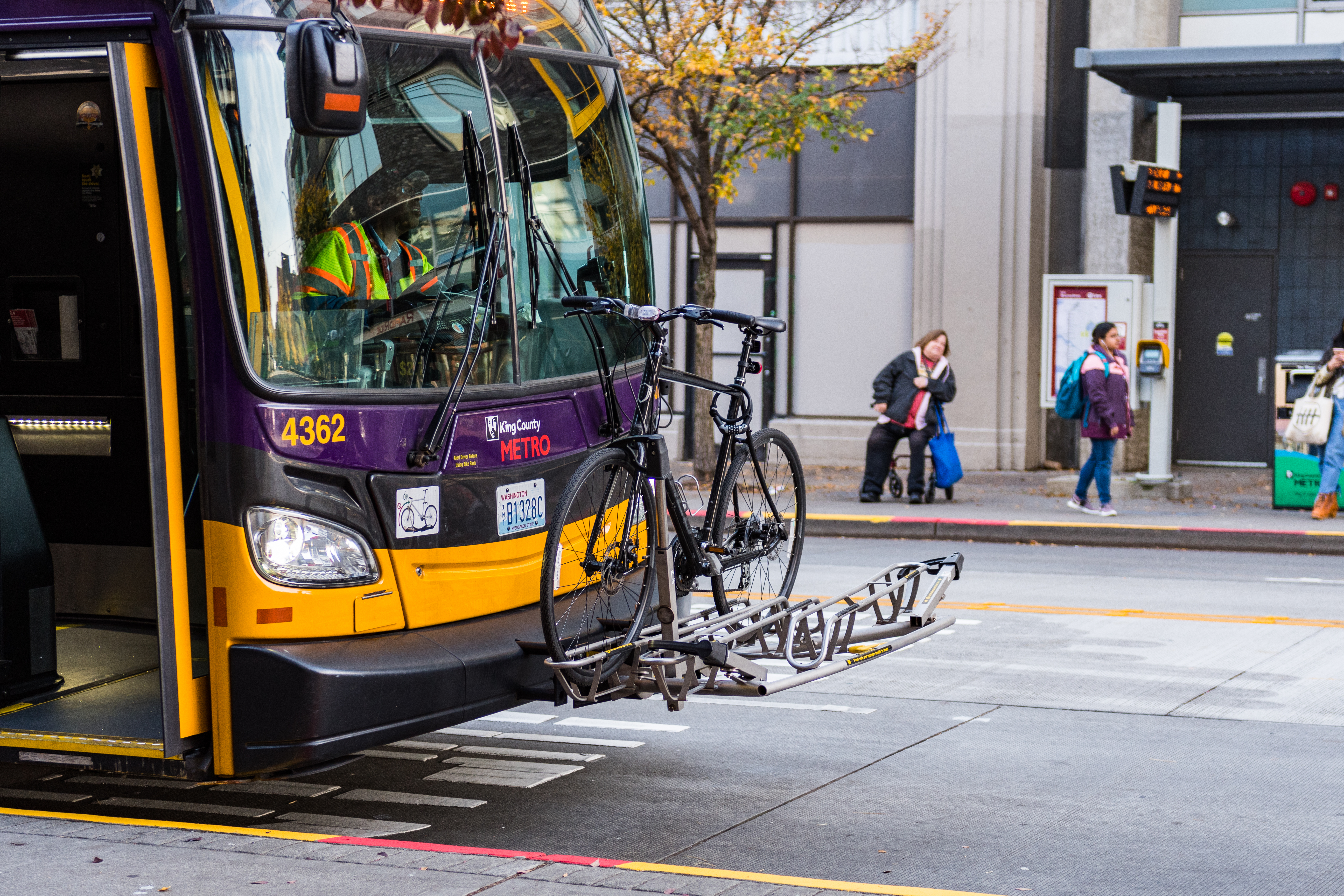 A bus with a bike mounted on the front.