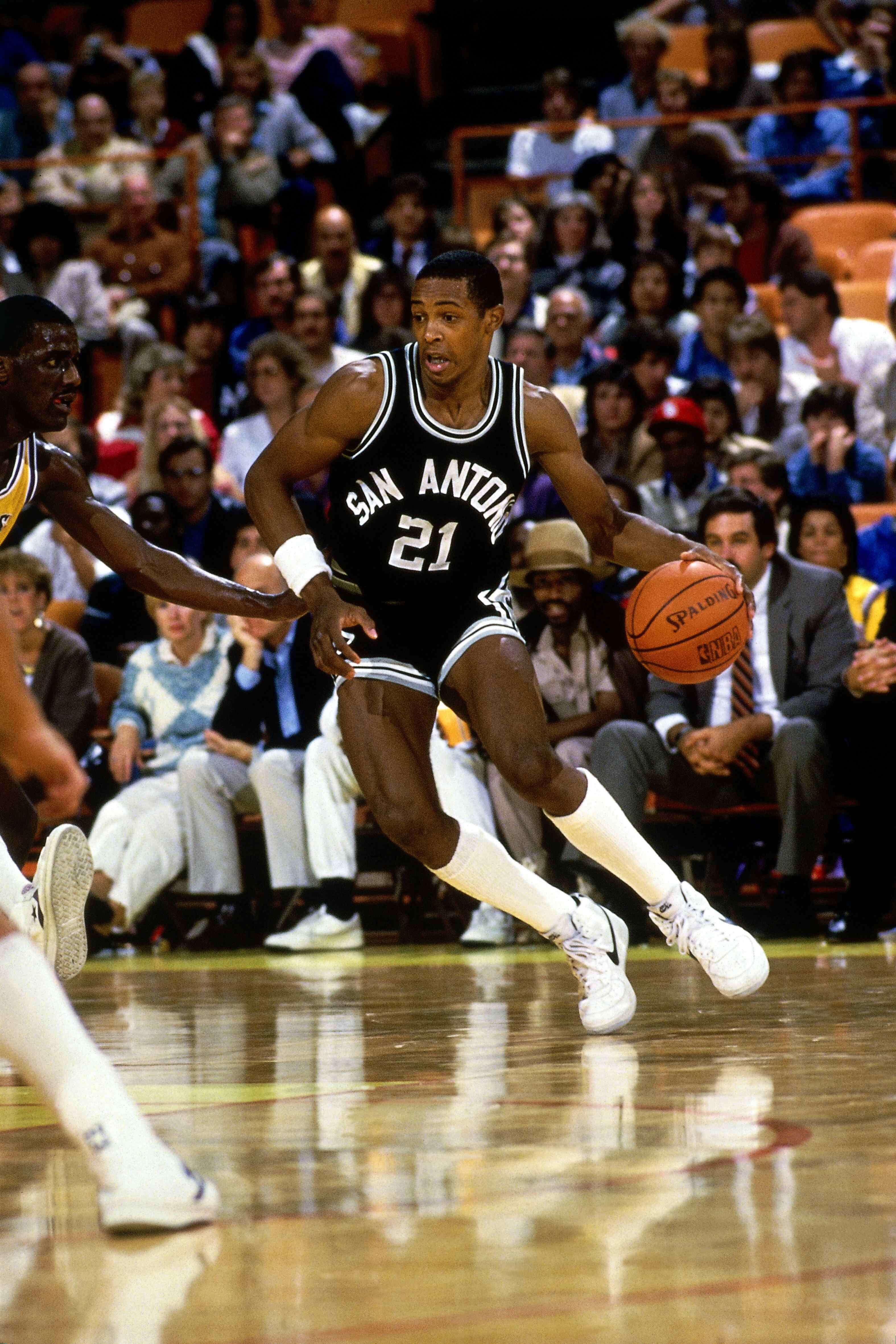 LOS ANGELES - 1986: Alvin Robertson #21 of the San Antonio Spurs drives to the basket during a 1986 NBA Season game against the Los Angeles Lakers at the Forum in Los Angeles, California.