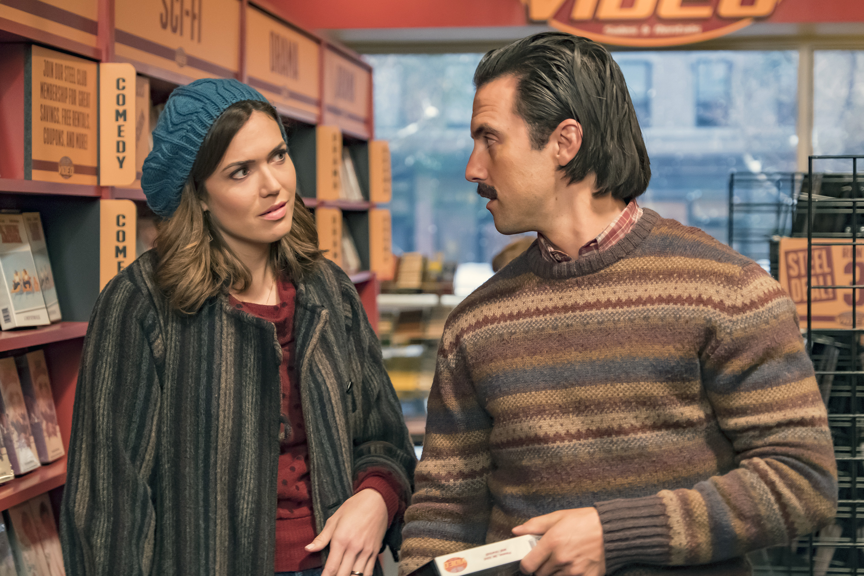 Mandy Moore as Rebecca Pearson and Milo Ventimiglia as Jack Pearson in season 2 of This Is Us.