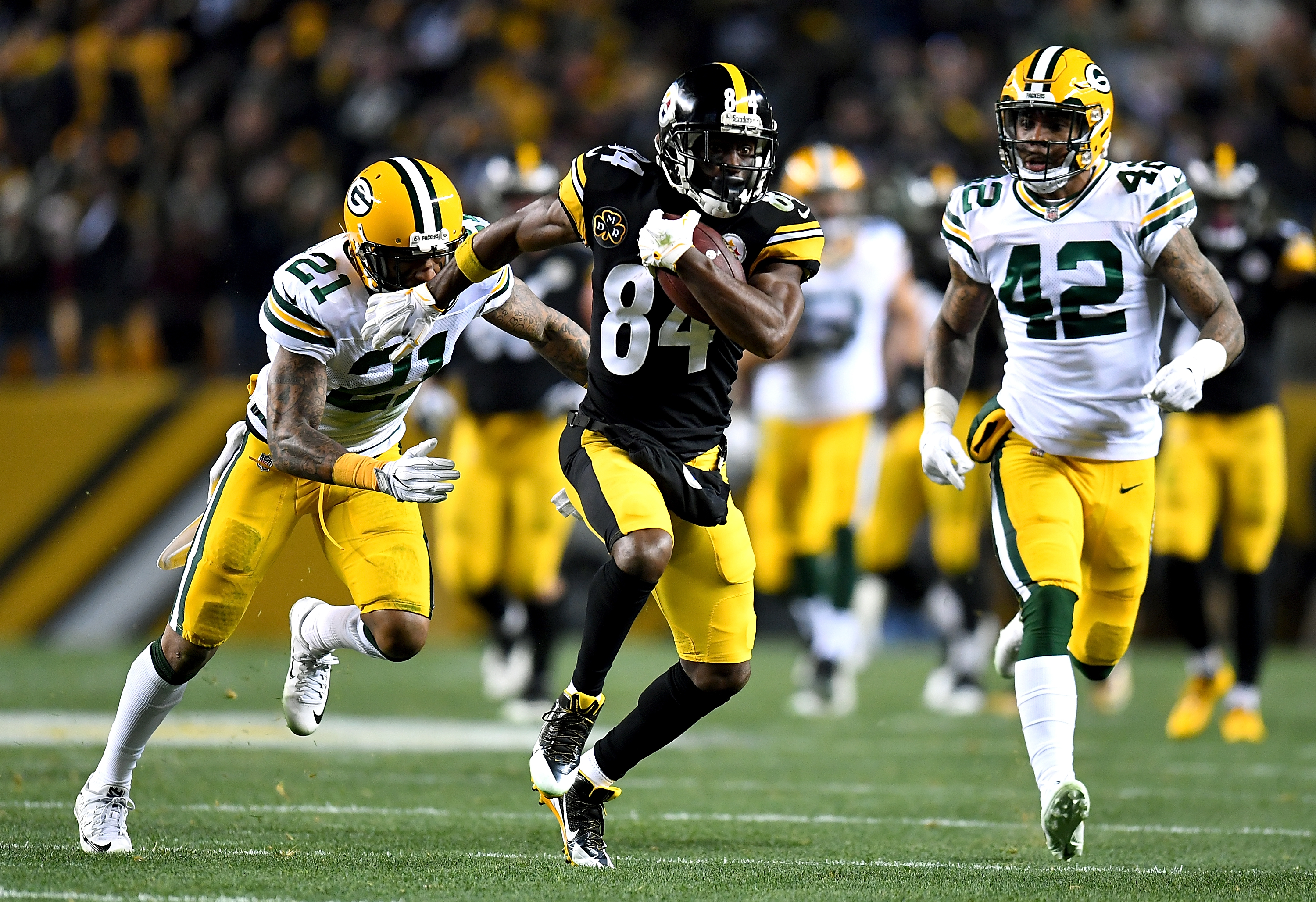 PITTSBURGH, PA - NOVEMBER 26: Antonio Brown #84 of the Pittsburgh Steelers runs up field after a catch in the first half during the game against the Green Bay Packers at Heinz Field on November 26, 2017 in Pittsburgh, Pennsylvania. (Photo by Joe Sargent/Getty Images)