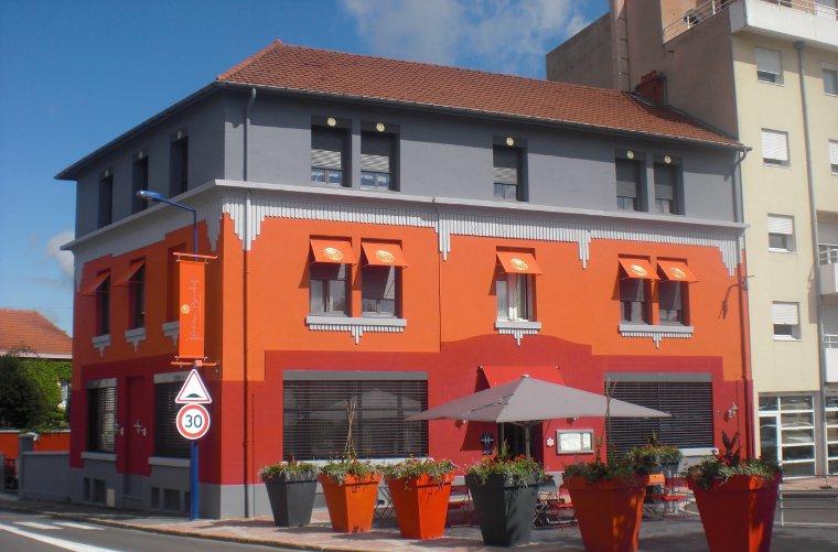 The exterior of Le France restaurant in Montceau-les-Mines