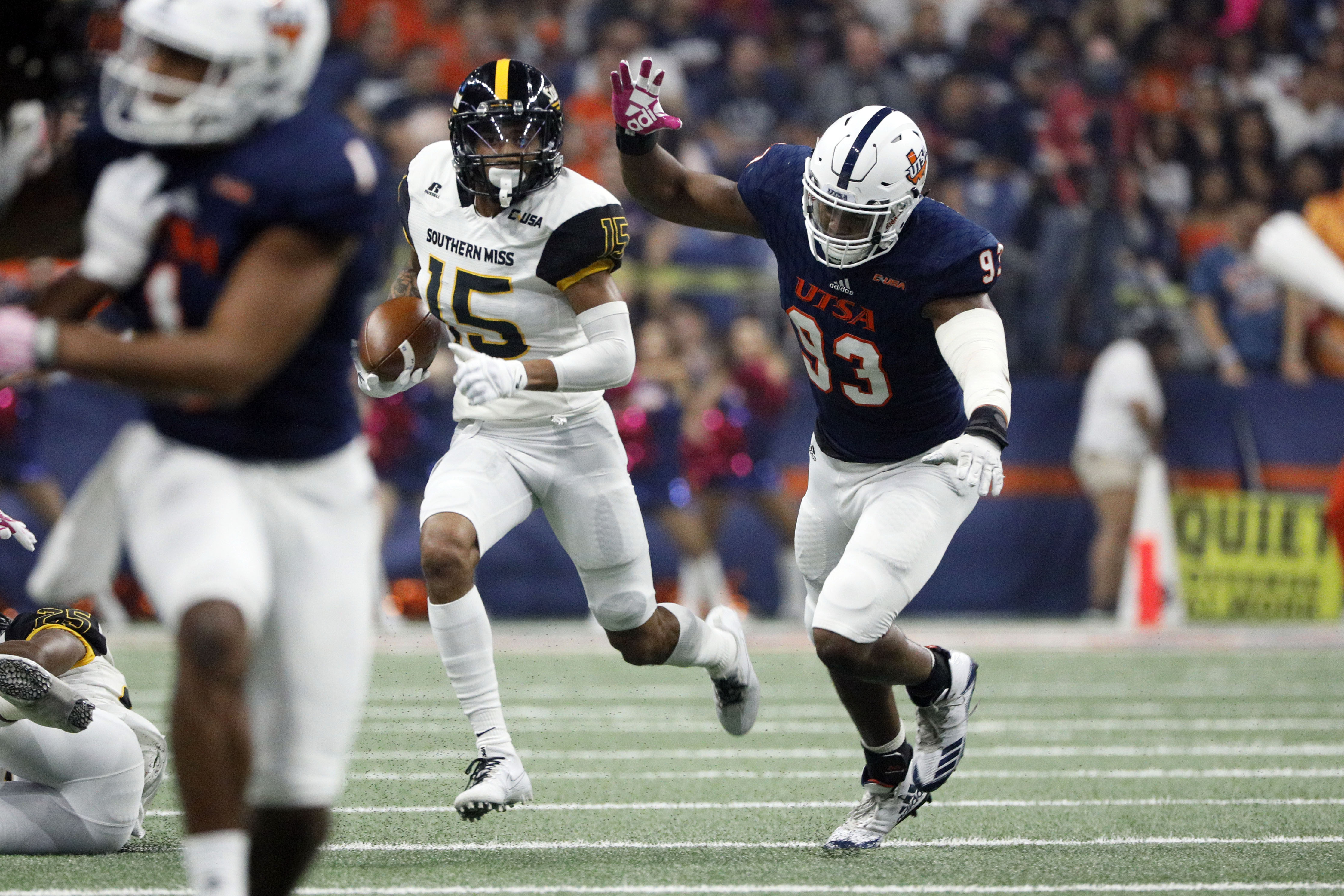 UTSA DE Marcus Davenport chases Southern Mississippi WR Allenzae Staggers