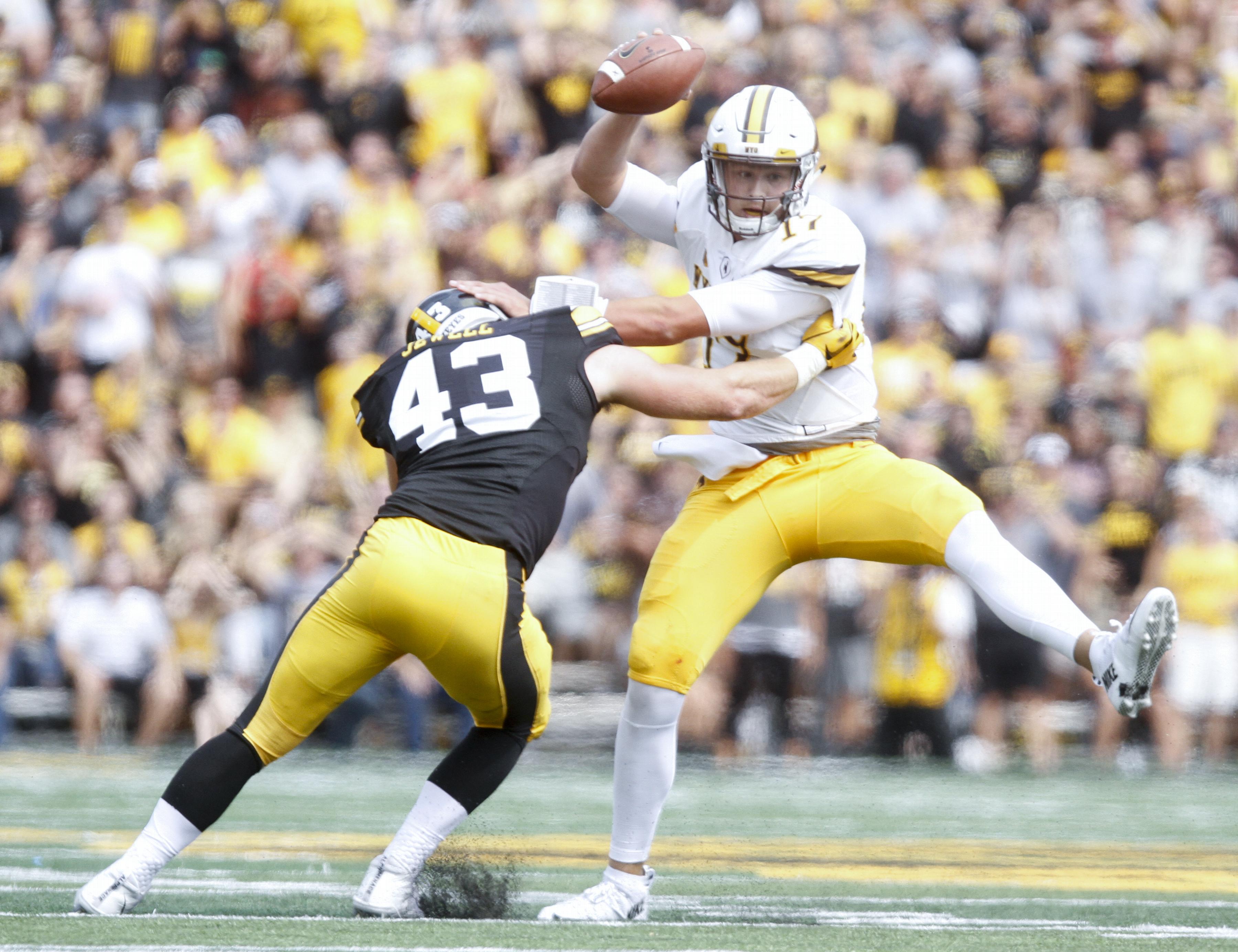 Iowa ILB Josey Jewell pursues WyomingQB Josh Allen on September 2, 2017